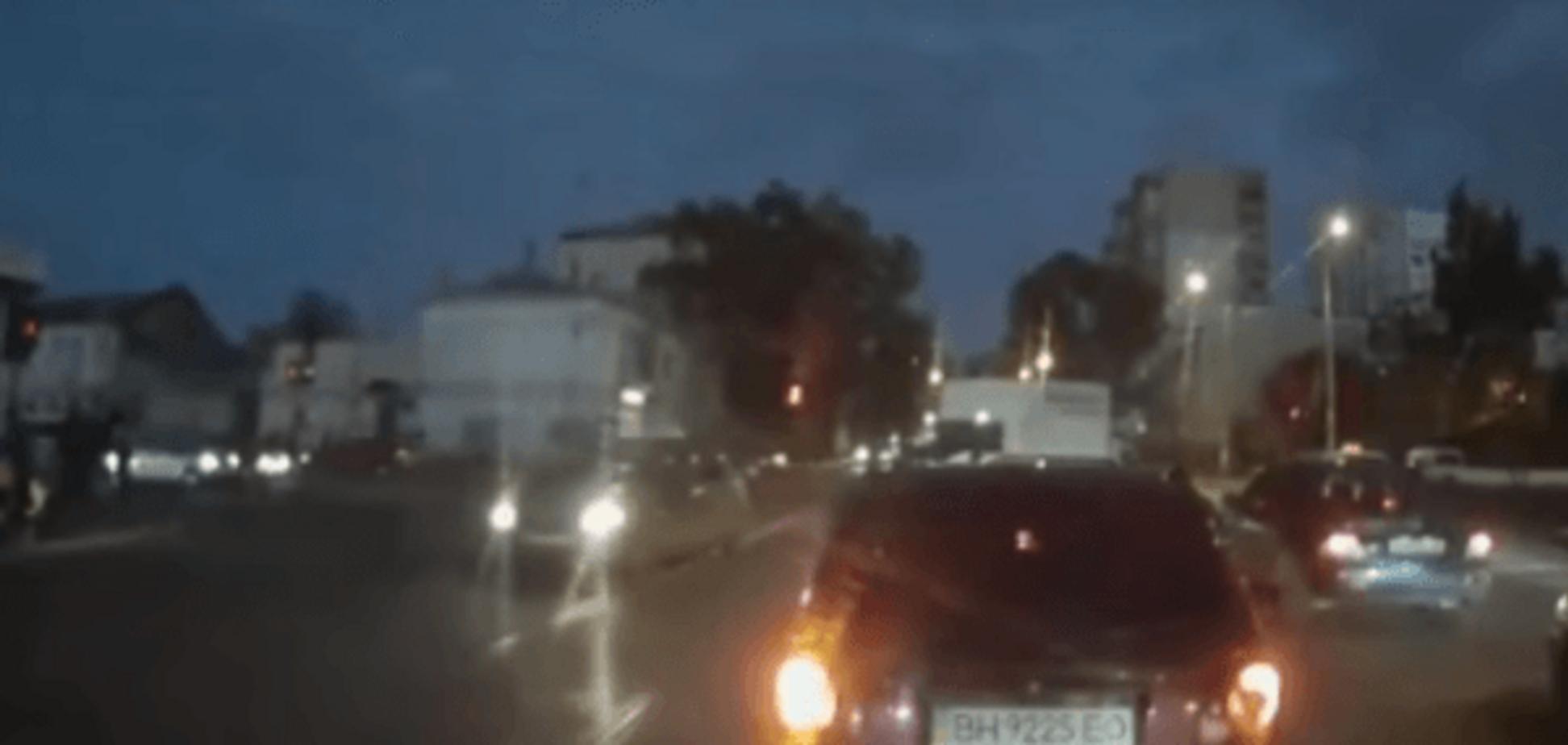 Другого авто не було: очевидець виклав відео, як поліція збиває жінку в Одесі