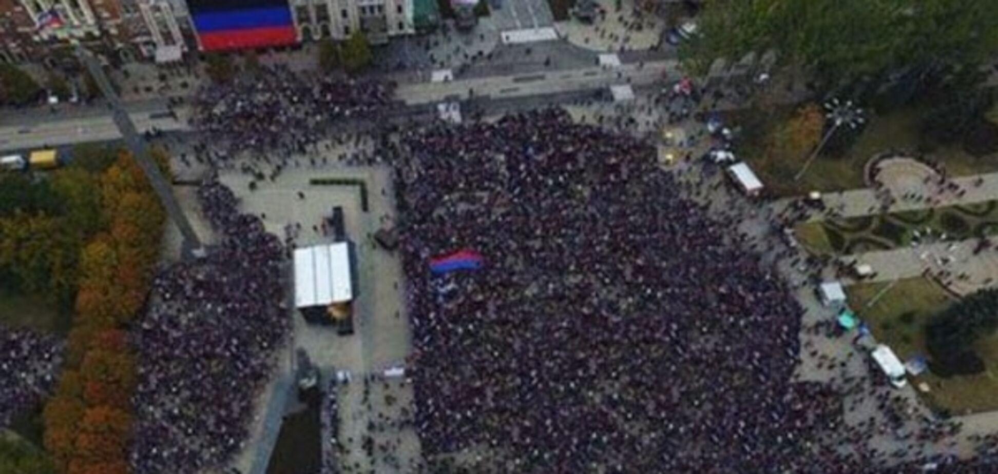 Террористы 'ДНР' нарисовали '150 тысяч людей' на 'день флага' в Донецке: фотофакт