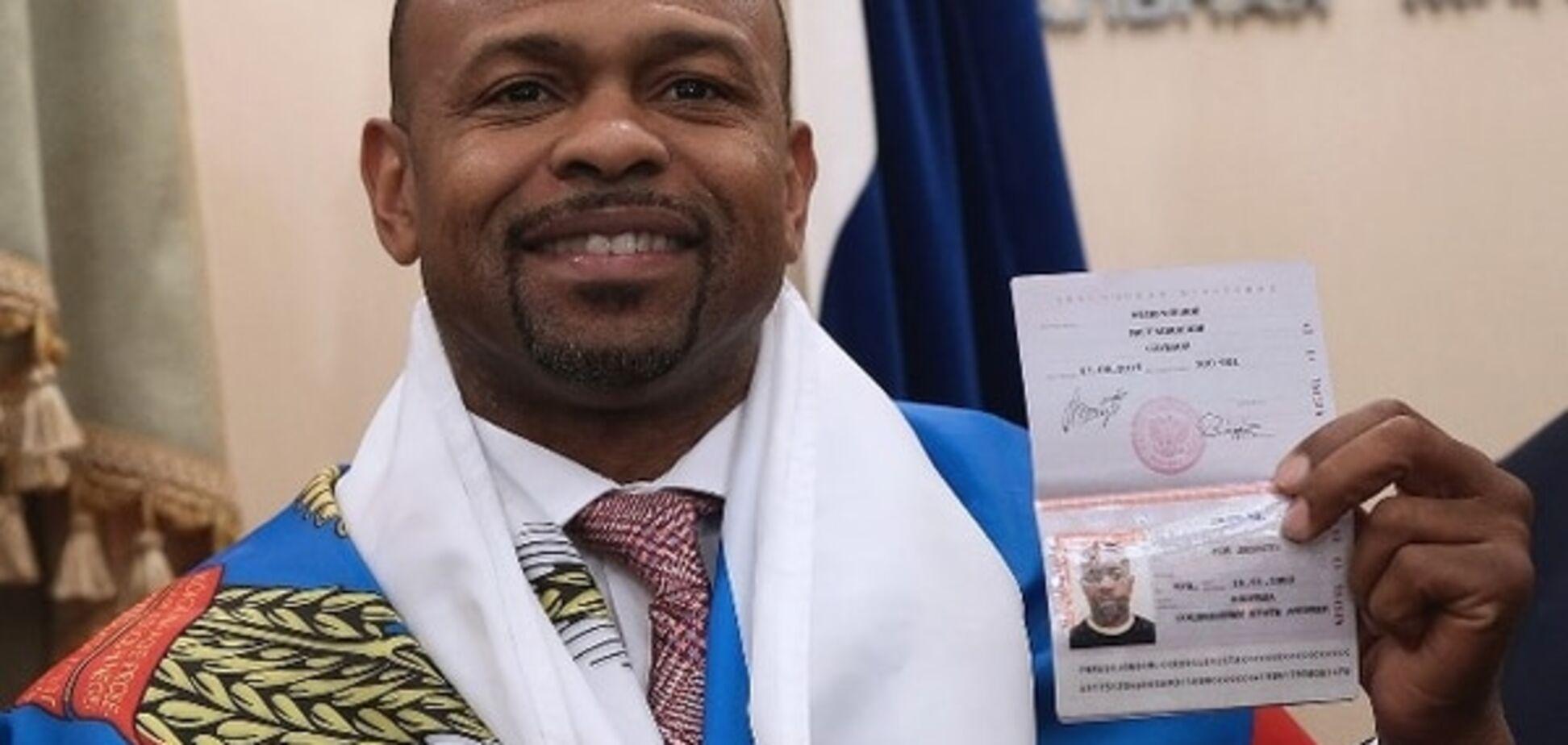 Нашли, чем гордиться: американской легенде бокса пафосно вручили паспорт РФ