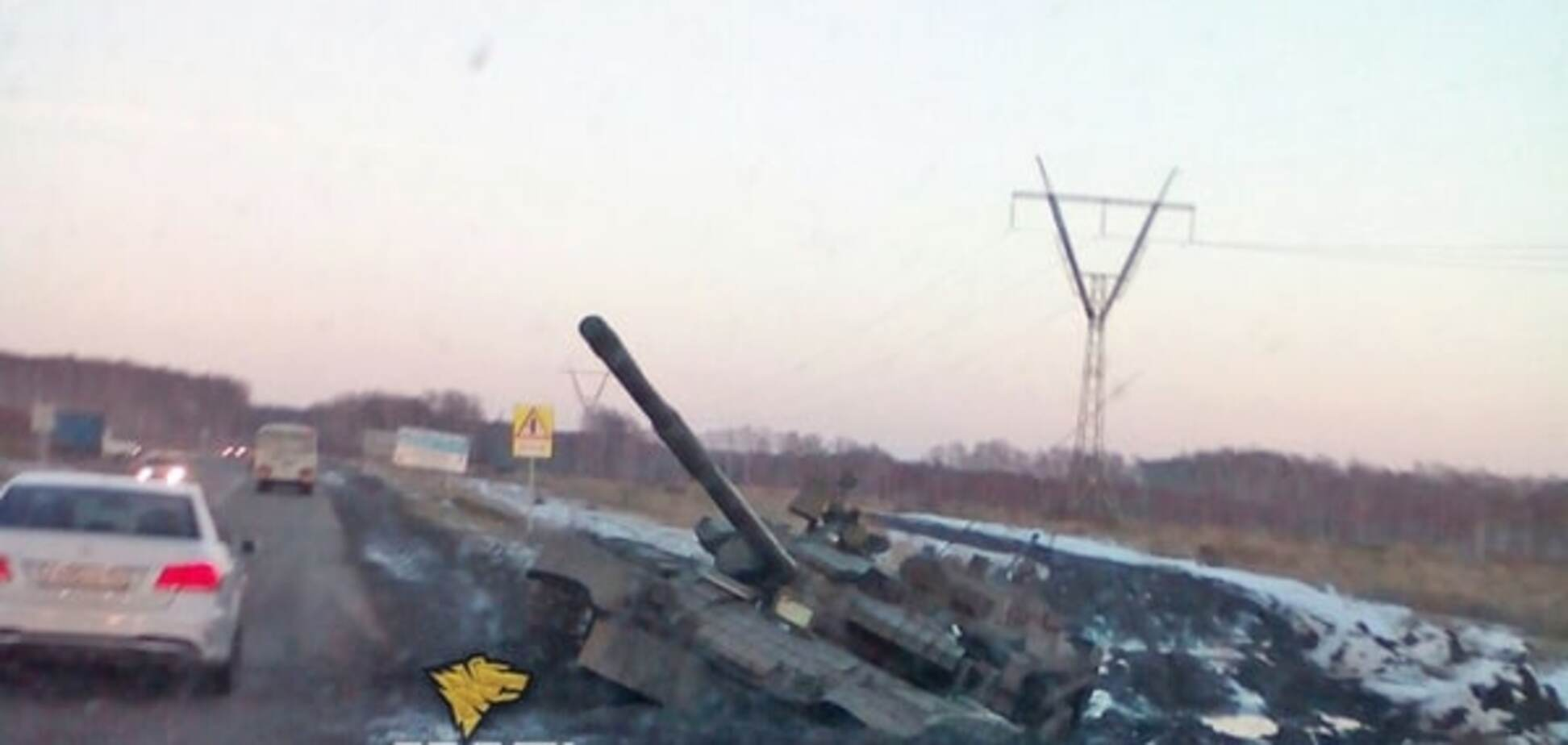 В России танк утонул в грязи на обочине дороги: фотофакт