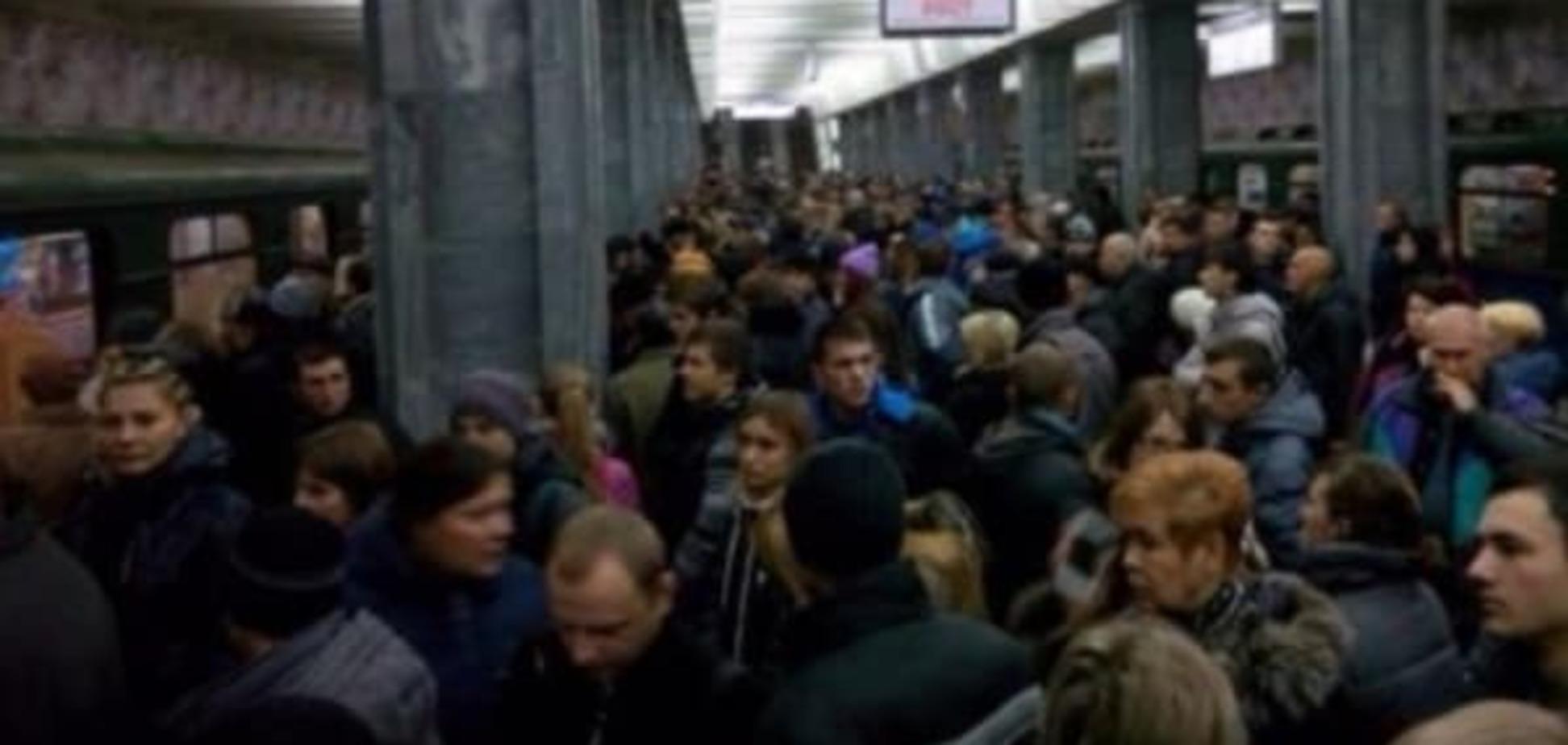 Из-за поломки поезда в харьковском метро произошла огромная давка: опубликованы фото
