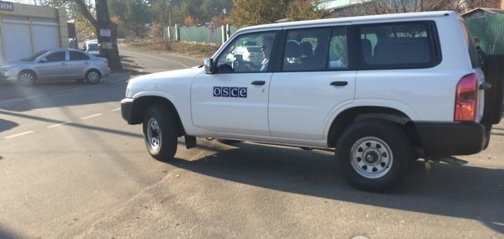 Пікетники засікли біля будинку Порошенка підозрілу машину ОБСЄ