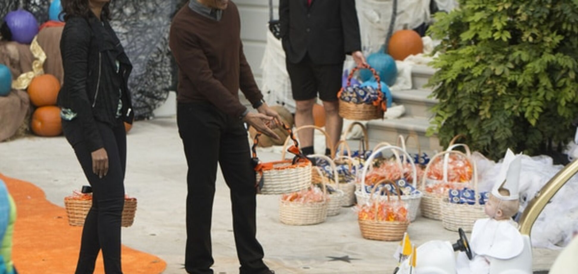 До Обами приїхав хлопчик у костюмі Папи Римського на папамобілі: опубліковані фото і відео