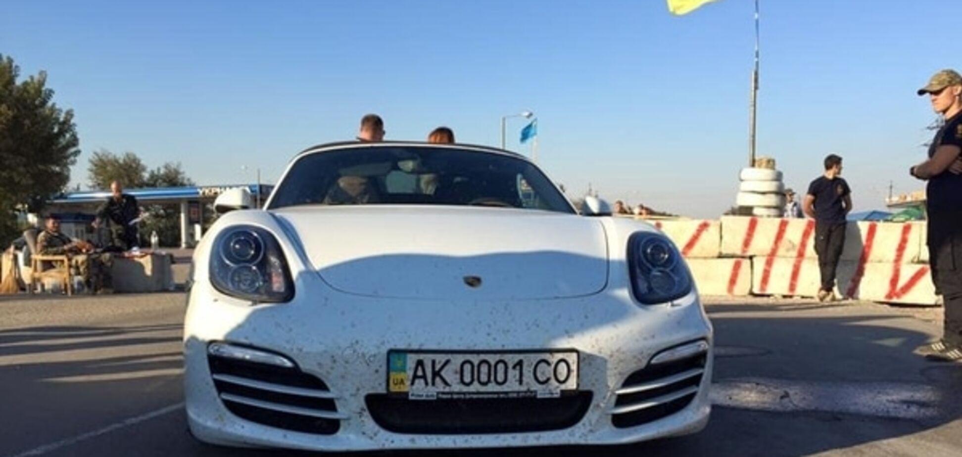 Прорвавшого блокаду Криму Porsche розмалювали написами 'ПТН ПНХ': фотофакт