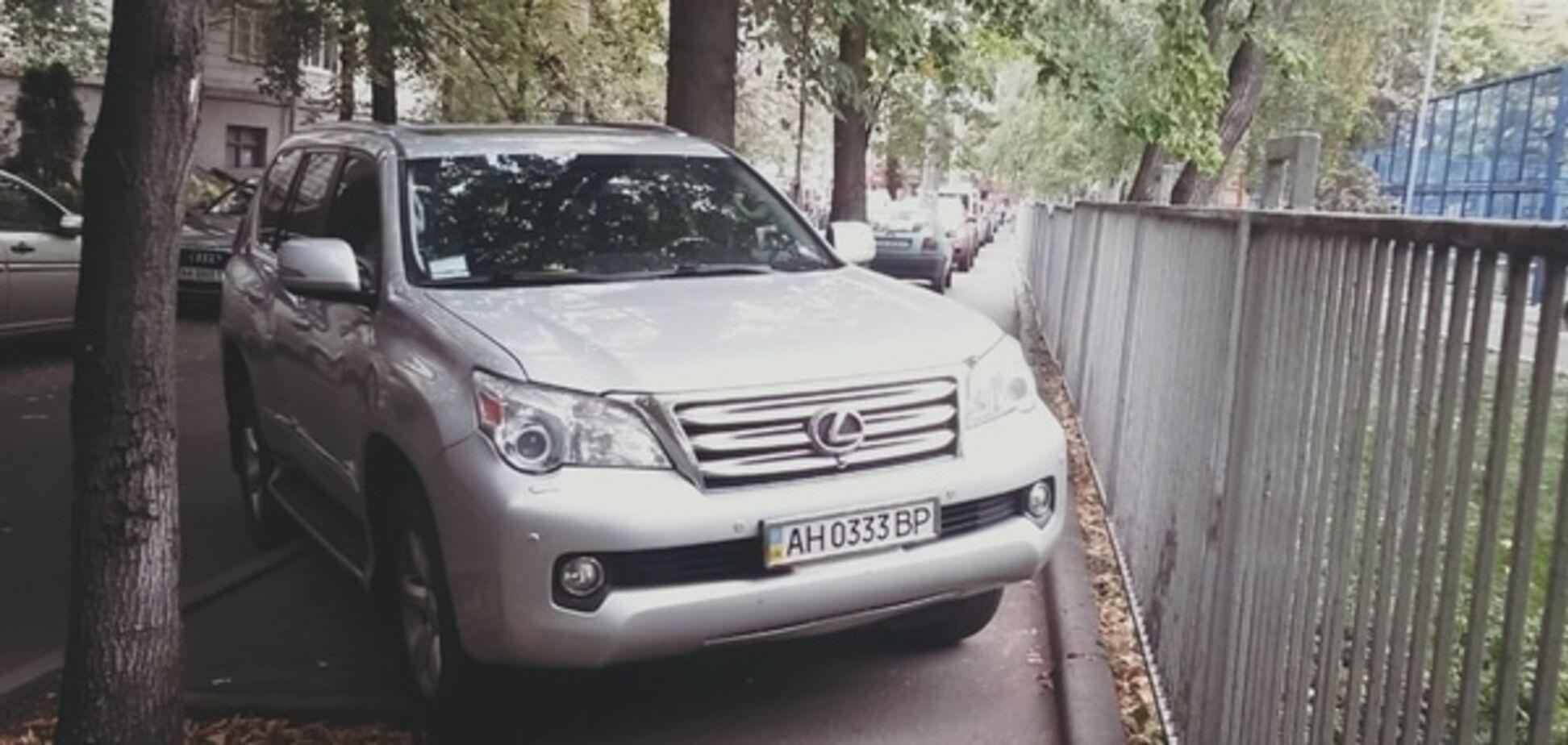 У Києві 'герой парковки' на авто з донецькими номерами перекрив тротуар: фотофакт