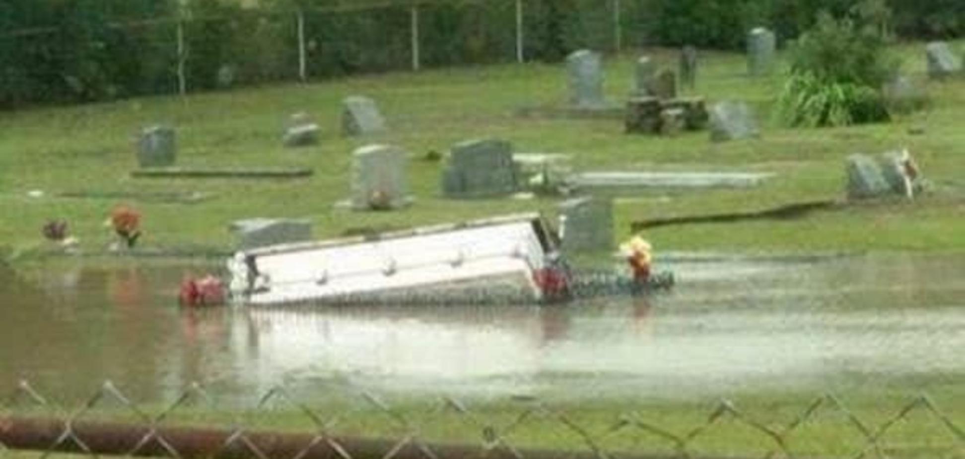 У США через потоп на кладовищі спливли труни: відеофакт
