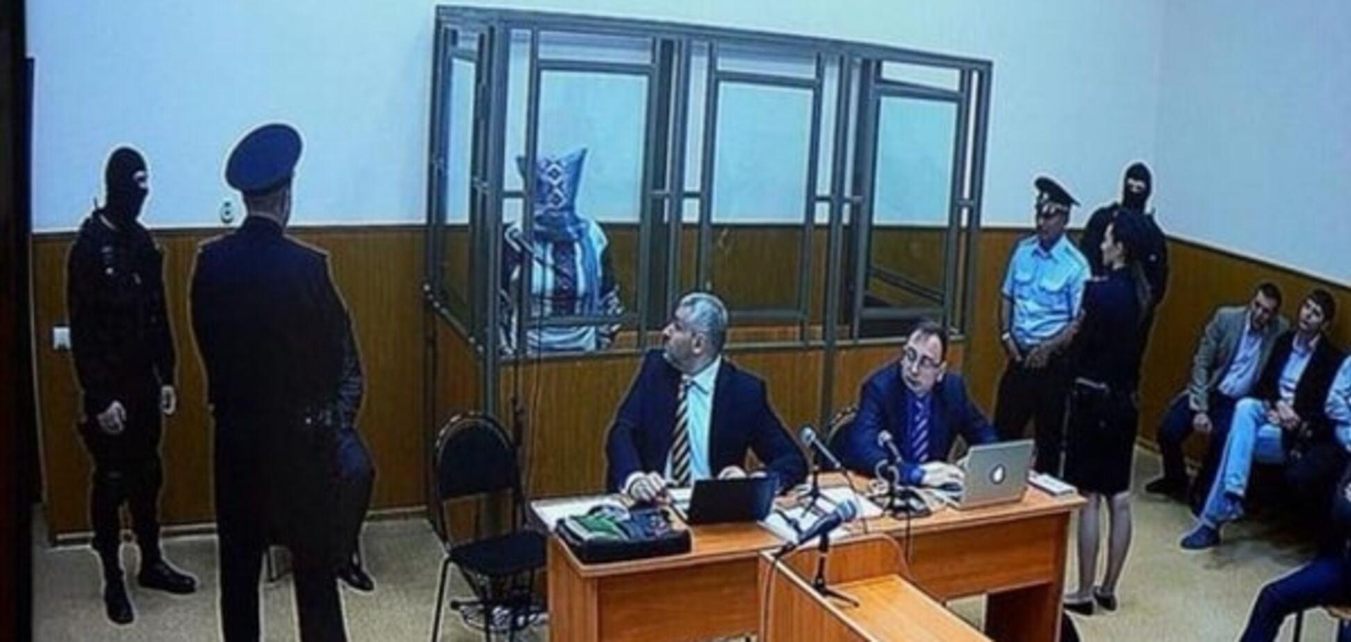 Савченко вдягла на голову мішок під час засідання суду: фотофакт