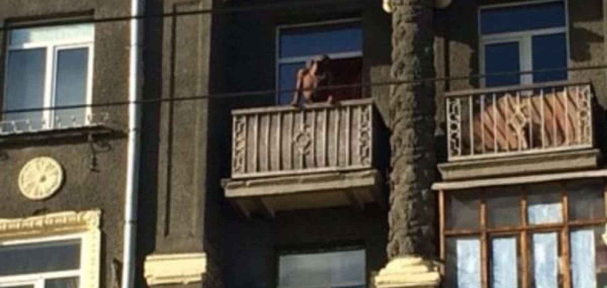Співав і кидав меблі: у Харкові голий чорношкірий влаштував 'дикі танці' на балконі. Фото і відеофакт
