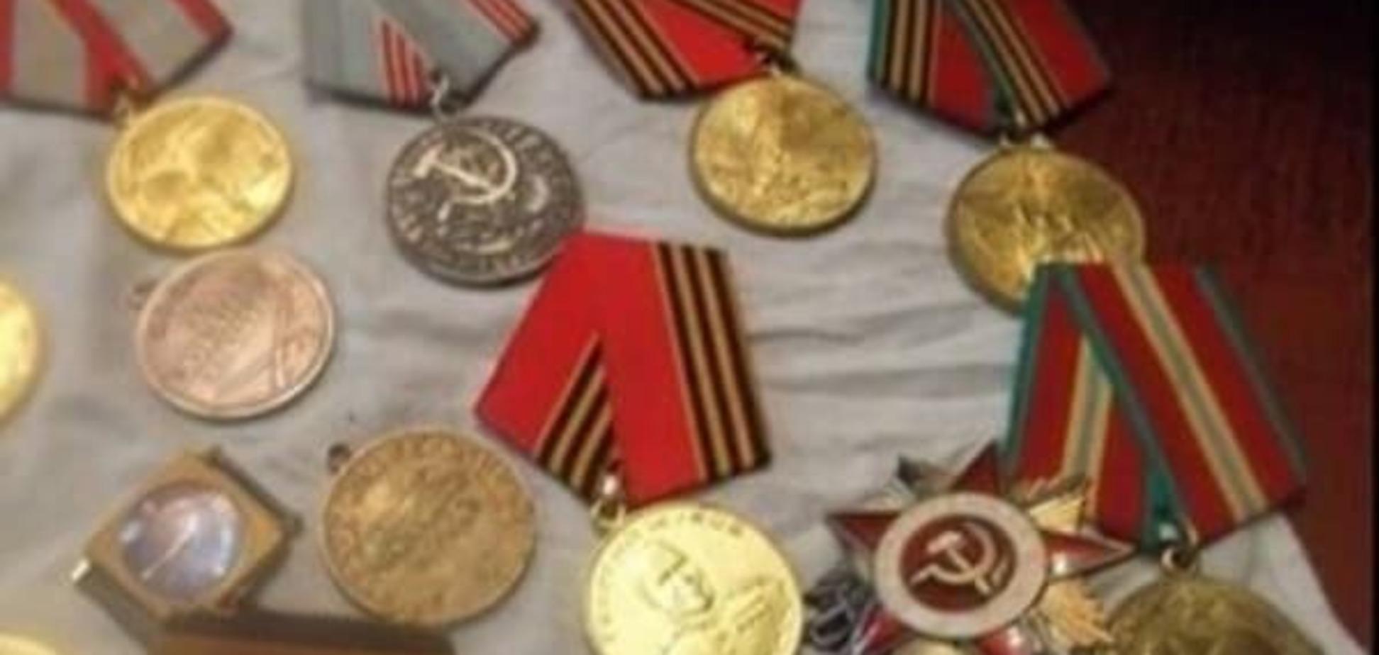 Діди воювали, внучки продавали: москвичка вирішила поміняти медалі дідуся на iPhone. Фотофакт