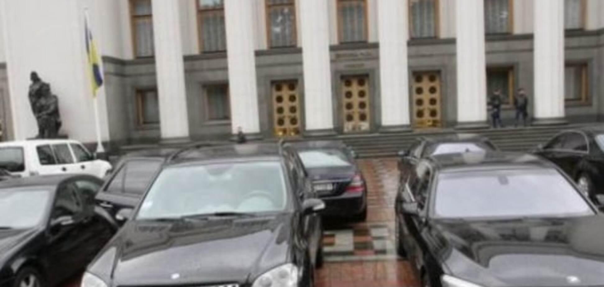 Пристрілка? Невідомі обстріляли автобазу Верховної Ради