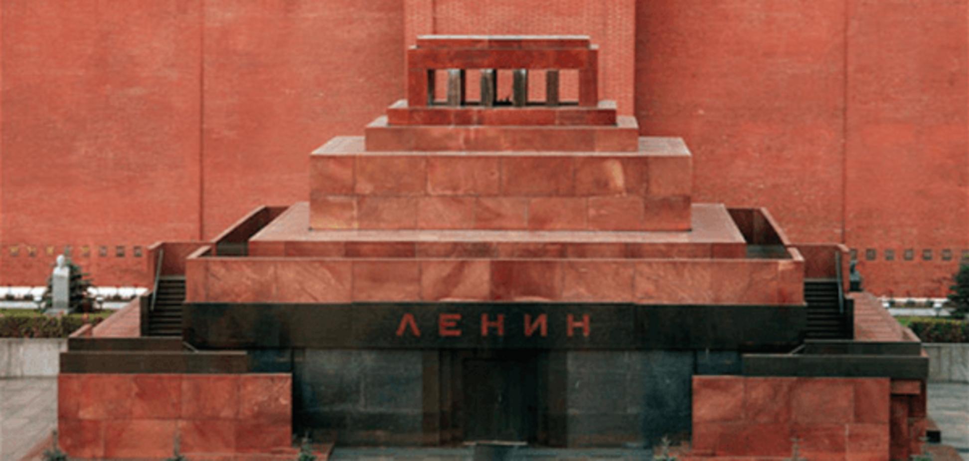 Обнаженный мужчина пытался пробраться в мавзолей 'под бочок' к Ленину
