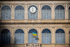 На дворце Папы в Ватикане появился флаг Украины: фотофакт