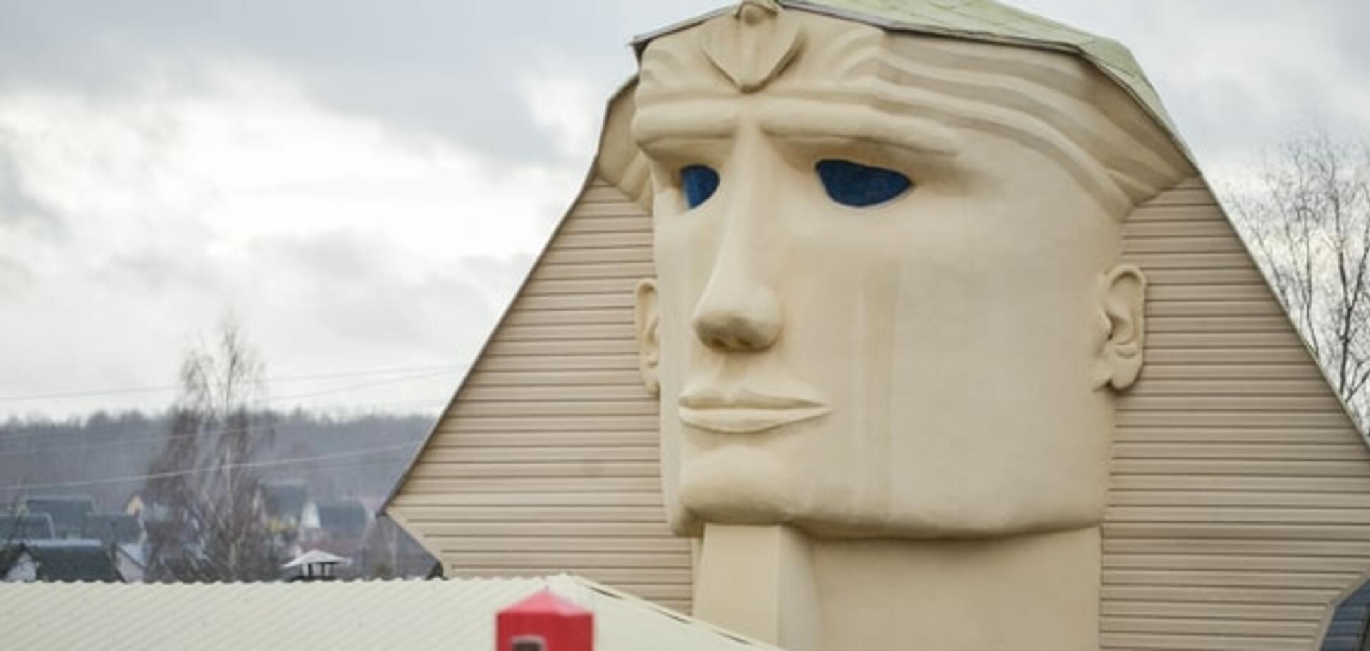 Білорус вибудував на дачі восьмиметрового сфінкса