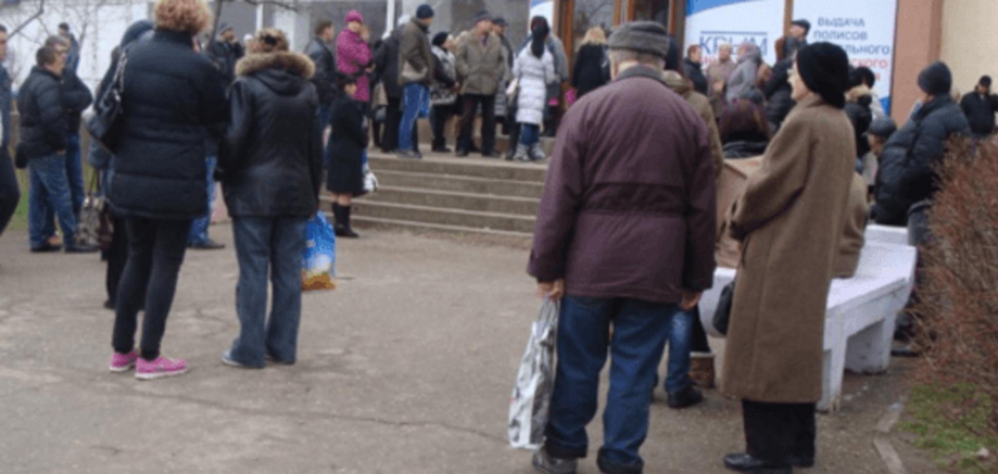 Крим у темряві: на півострові зібралися черги за паливом, хлібом і свічками