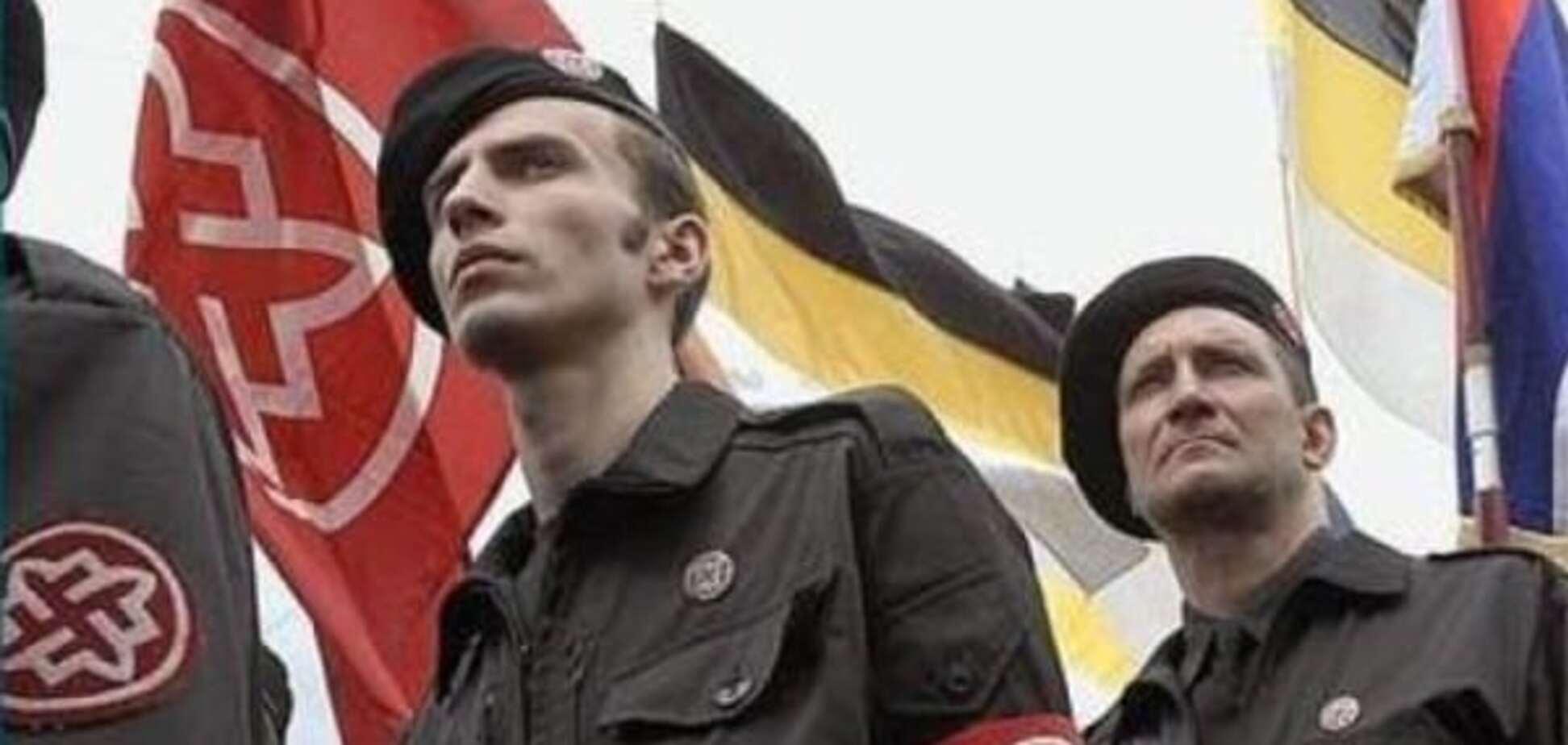 Разведка: Россия завозит на Донбасс неонацистскую атрибутику