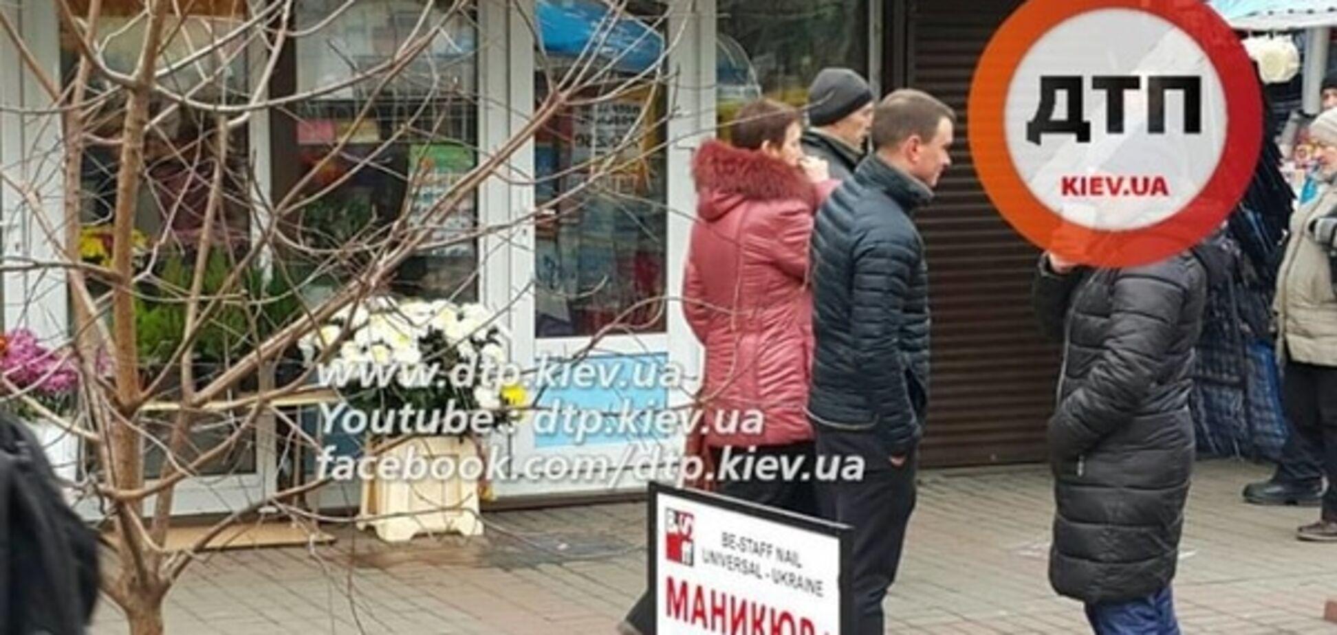 В Киеве агрессивный продавец цветов напал на полицейских