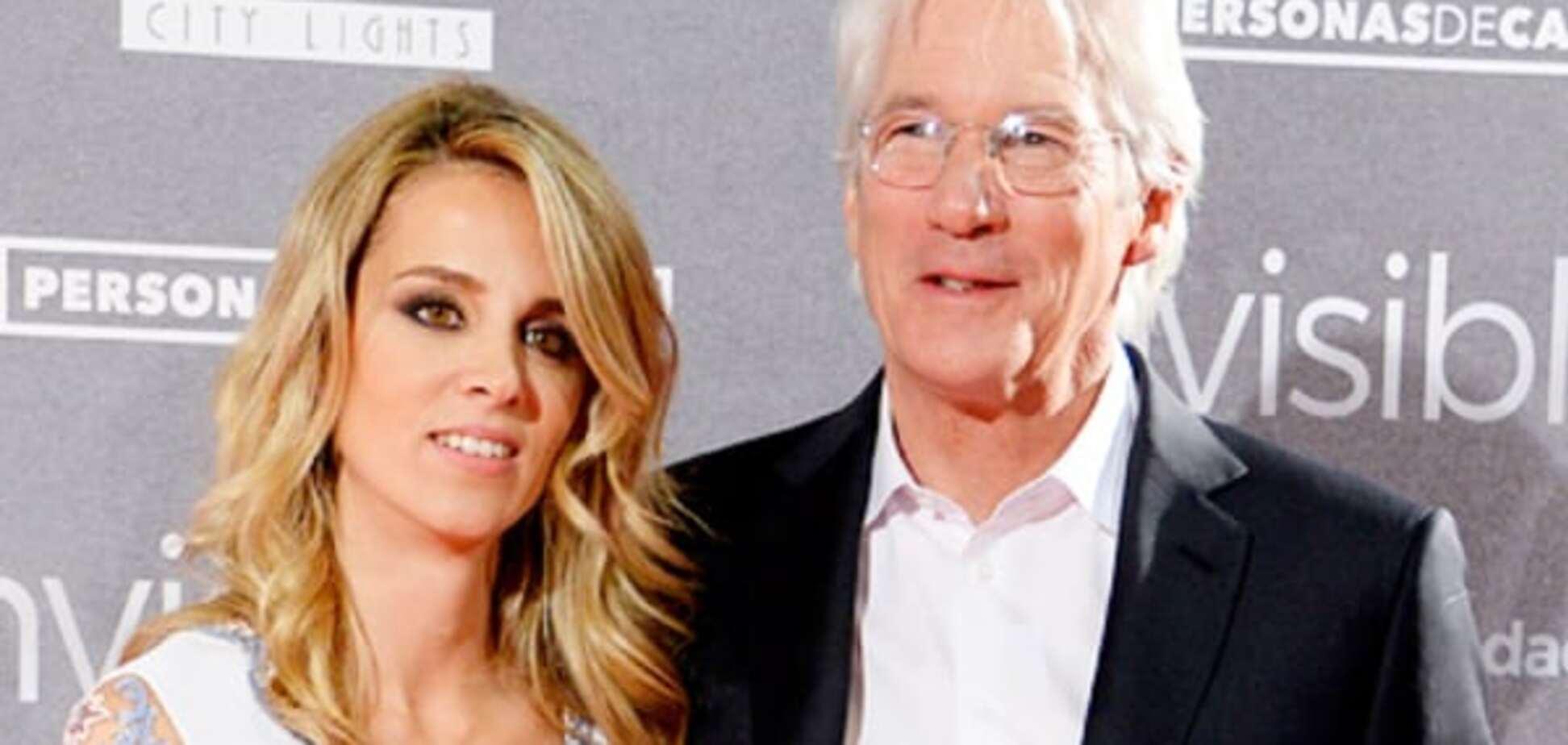 66-летний Ричард Гир впервые вышел в свет с молодой возлюбленной