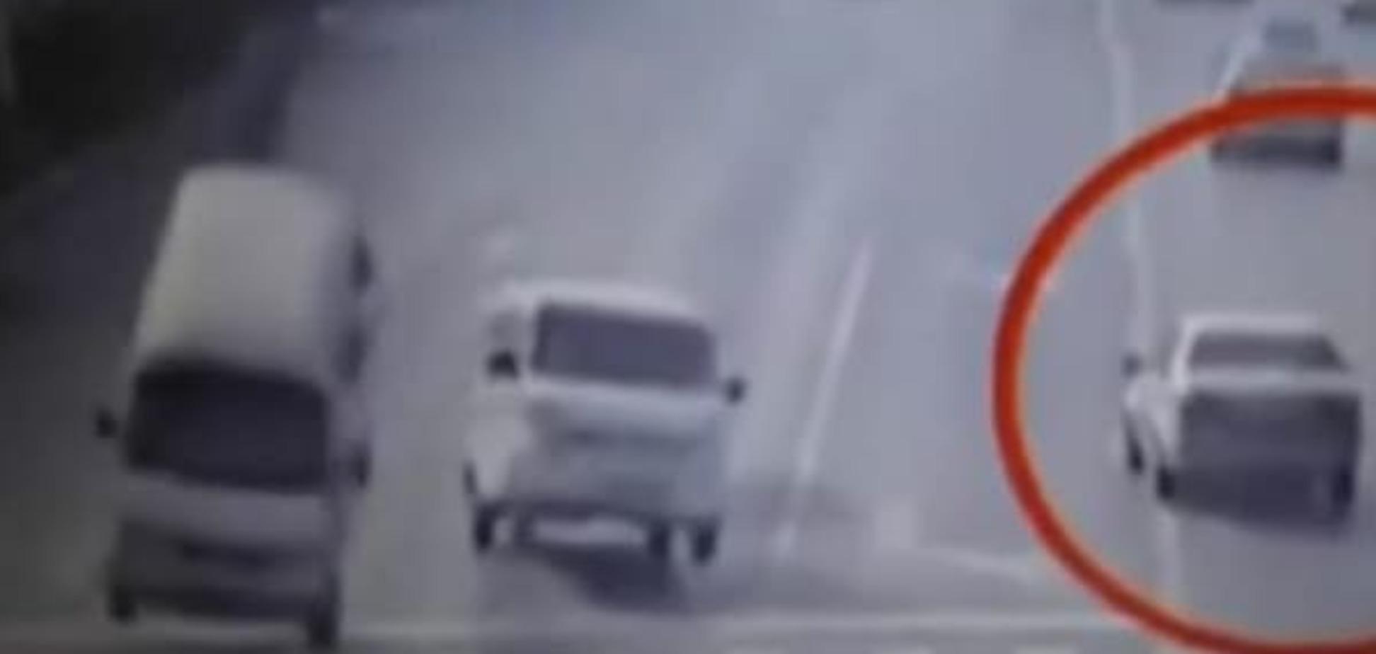 Надприродна сила розкидала автомобілі на дорозі в Китаї: опубліковано відеозапис