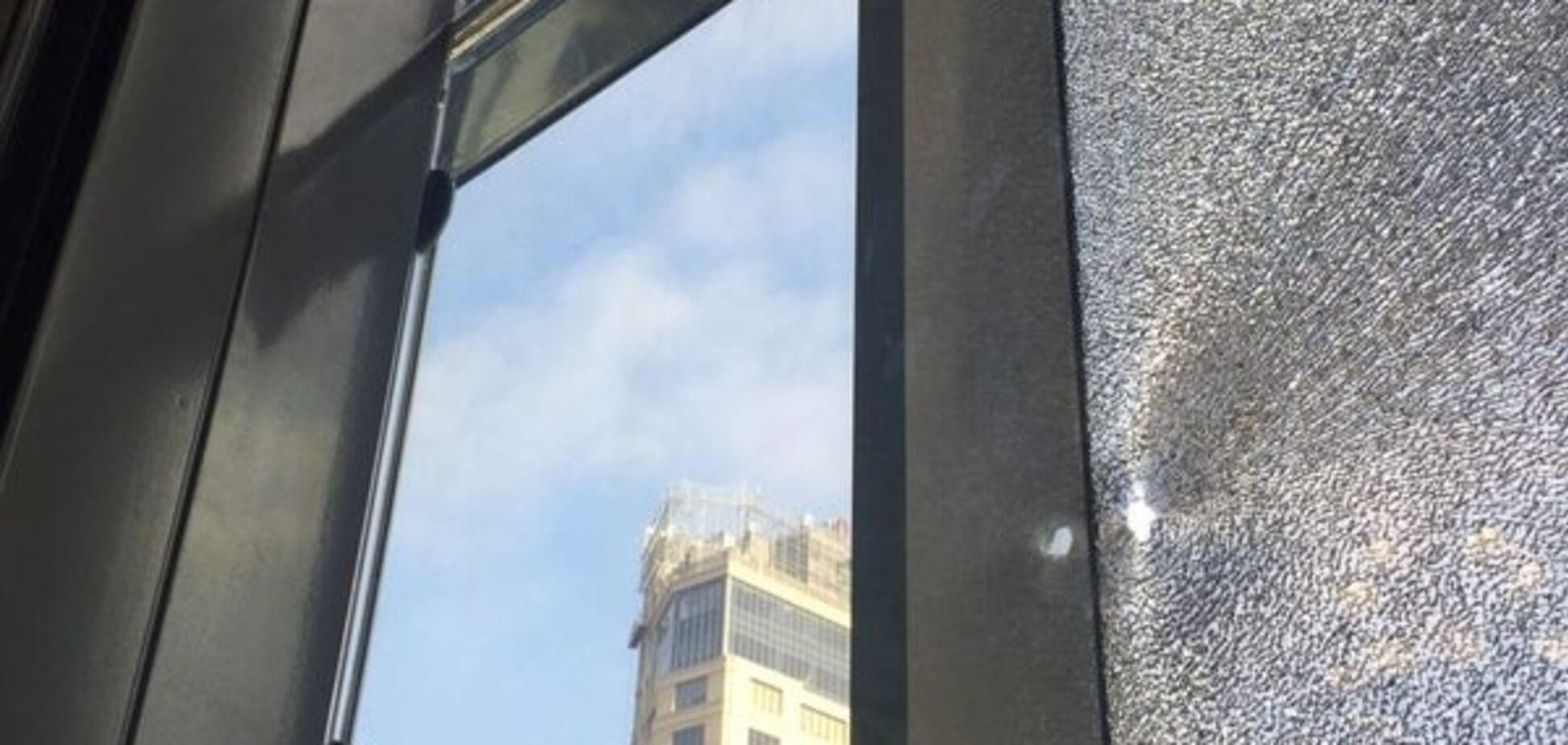 В сети появились фото последствий обстрела кабинета Шокина