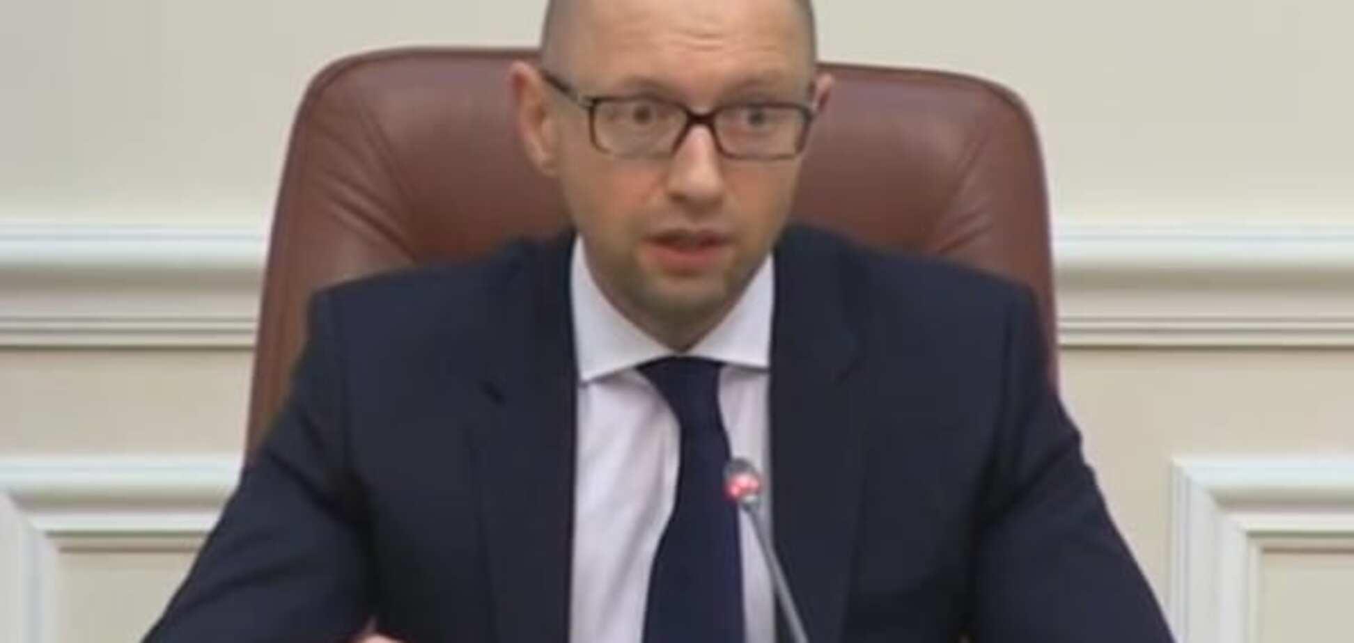 Яценюк заявив про скорочення соціальних витрат
