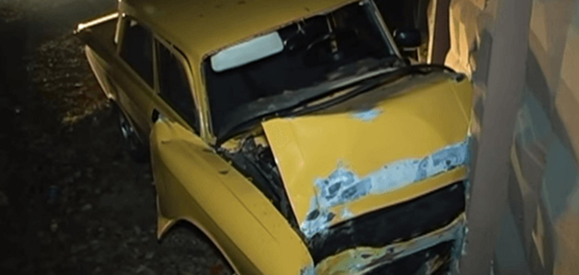 'Москвич' перевірив на міцність бетонний паркан у Києві