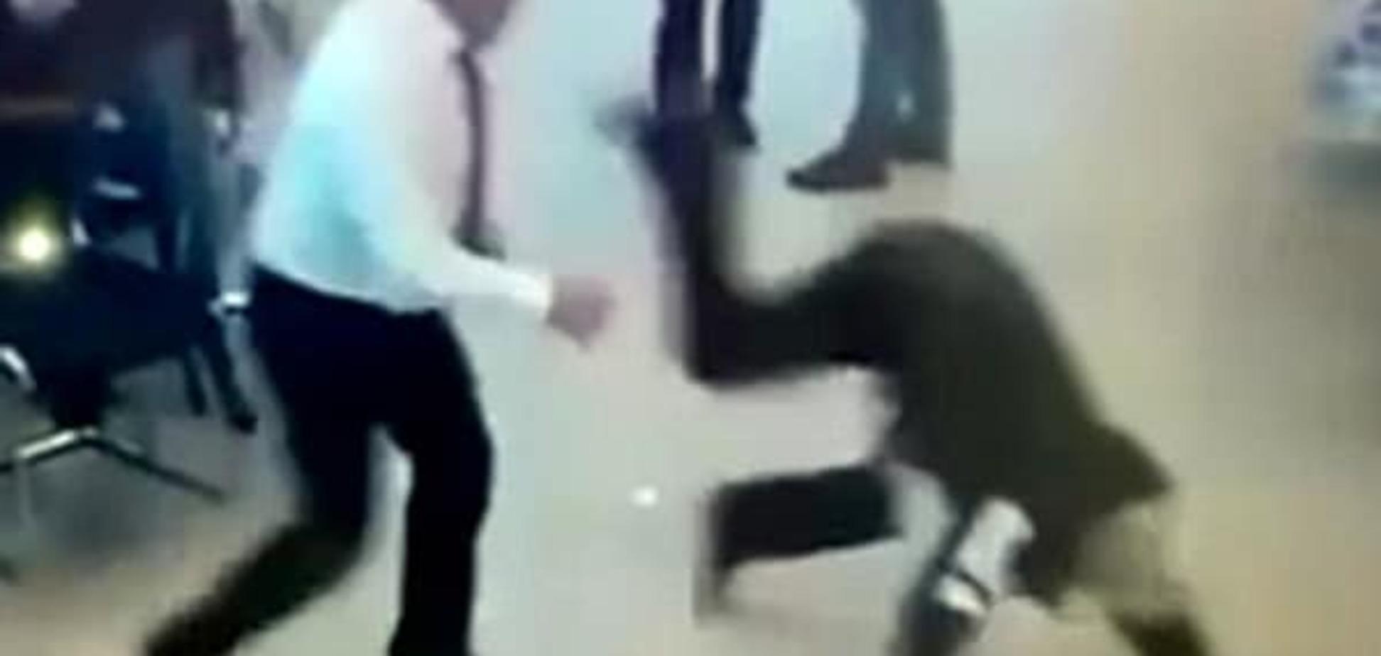 В московском автосалоне менеджеры дружно избили клиента: видео инцидента