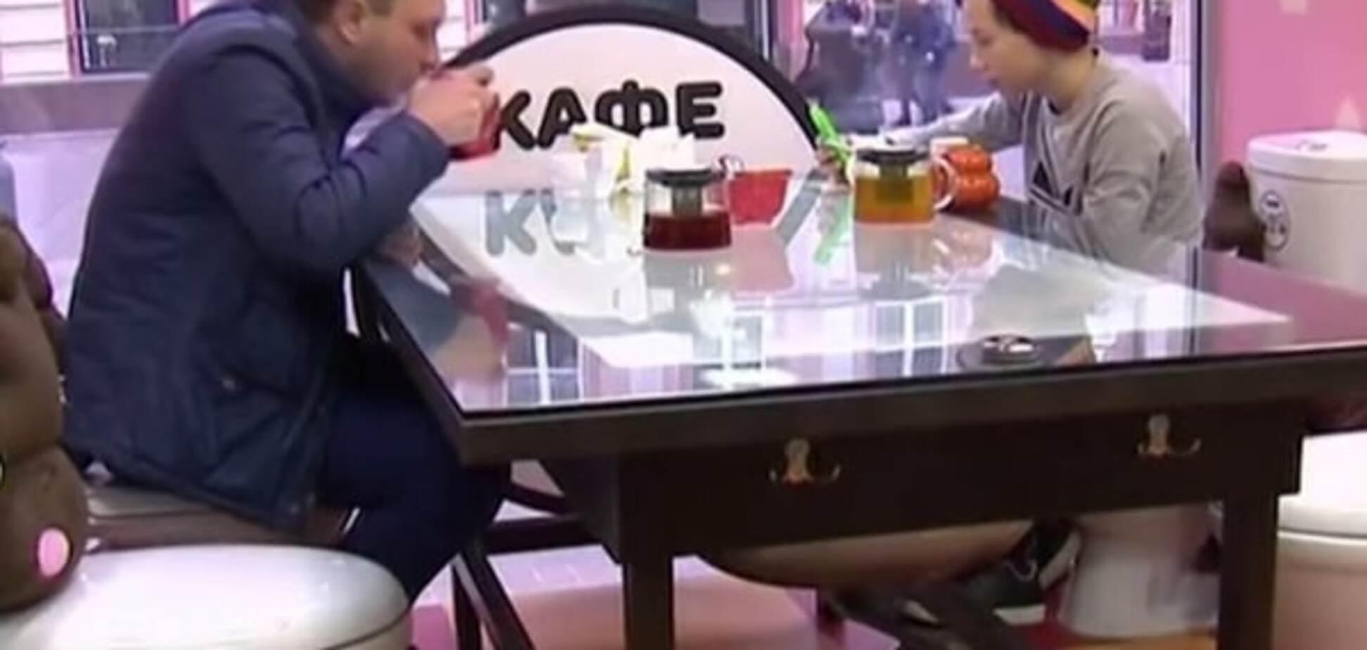 В центре Москвы люди сидят на унитазах и едят из туалетных горшков: видеофакт
