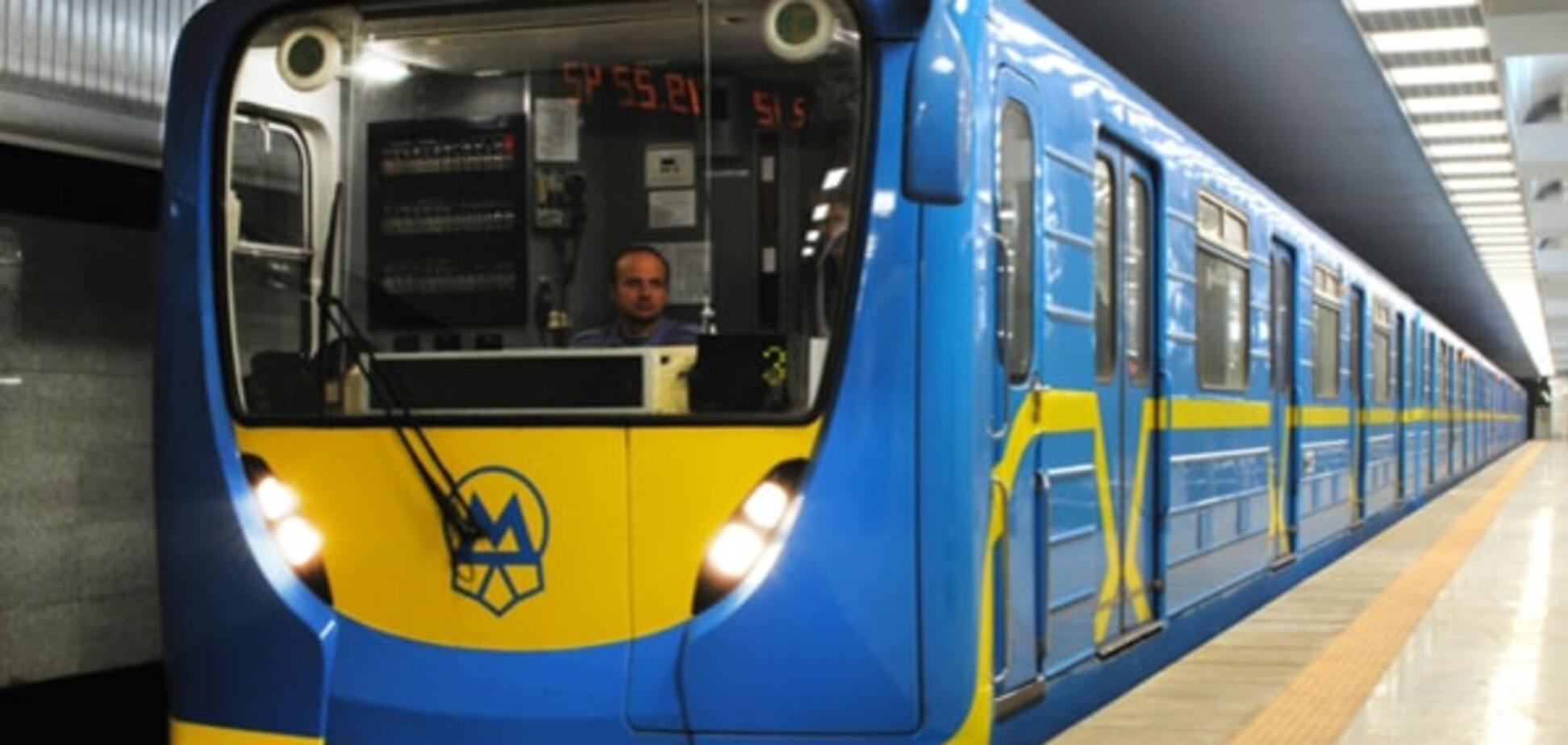 В киевском метро двое пассажиров упали на рельсы