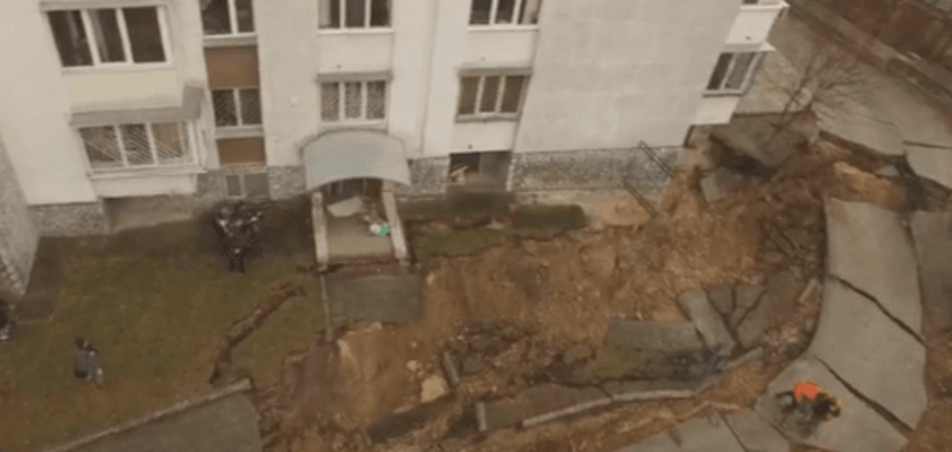 Масштабний зсув у Києві зняли з дрона: відеофакт