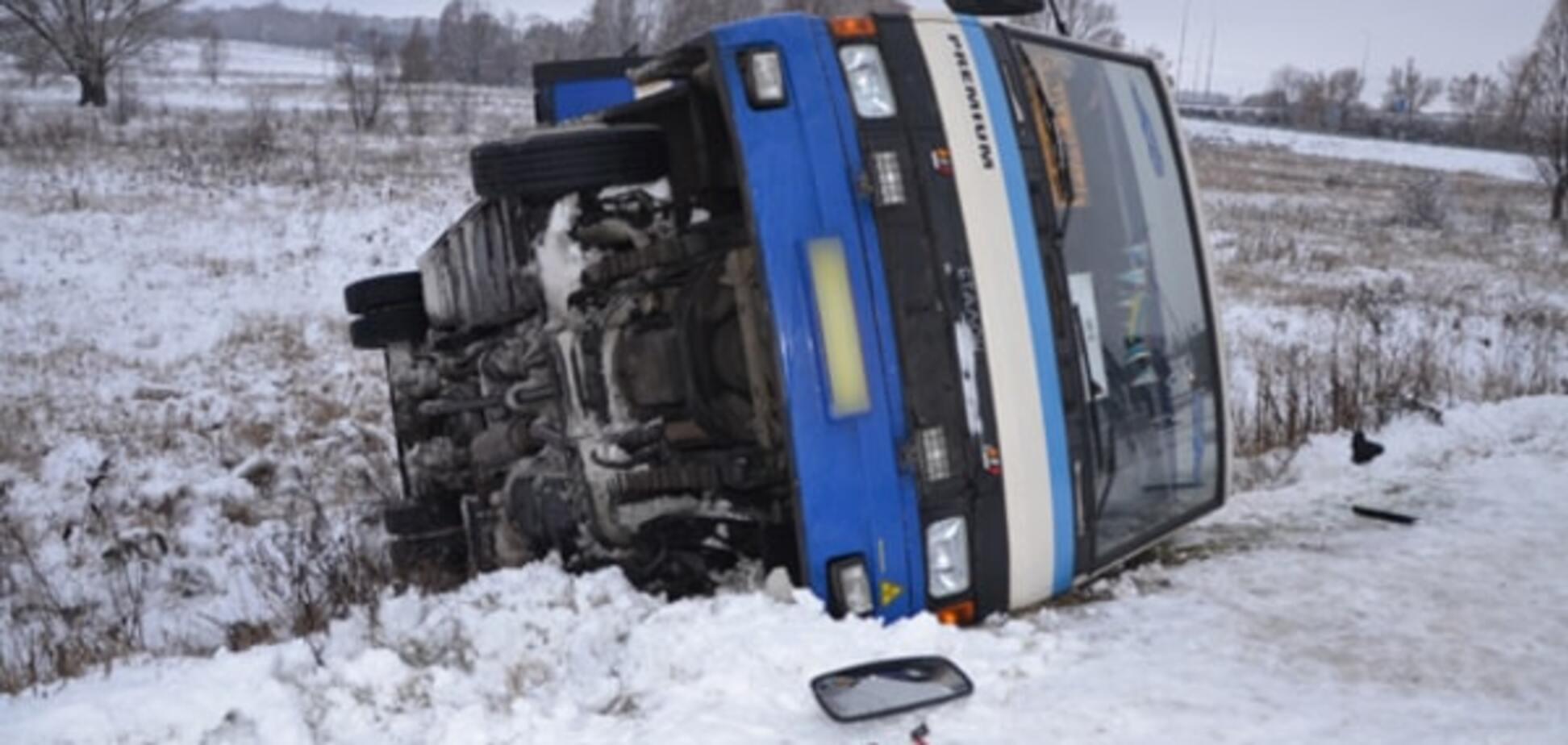 На Сумщині в кювет звалився автобус із пасажирами: фото ДТП