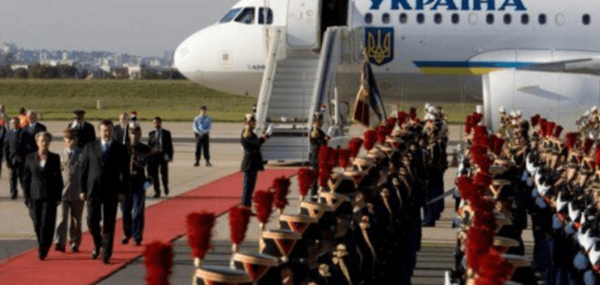 Велика різниця: в мережі показали, як зустрічали в Парижі Порошенка і Януковича