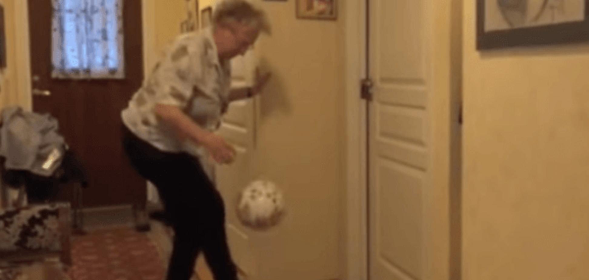 90-річна бабуся розриває youtubе своєю футбольною майстерністю