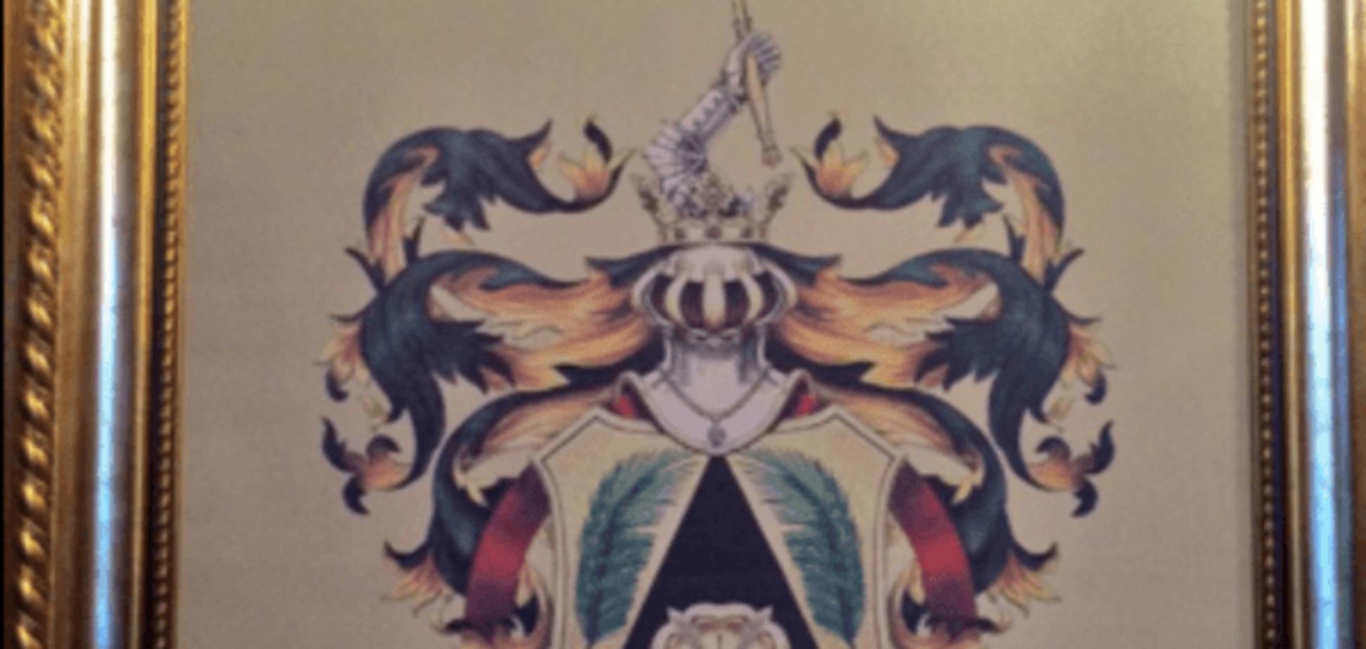 В сети показали герб и 'проффесорские' дипломы Януковича: фоторепортаж из Межигорья