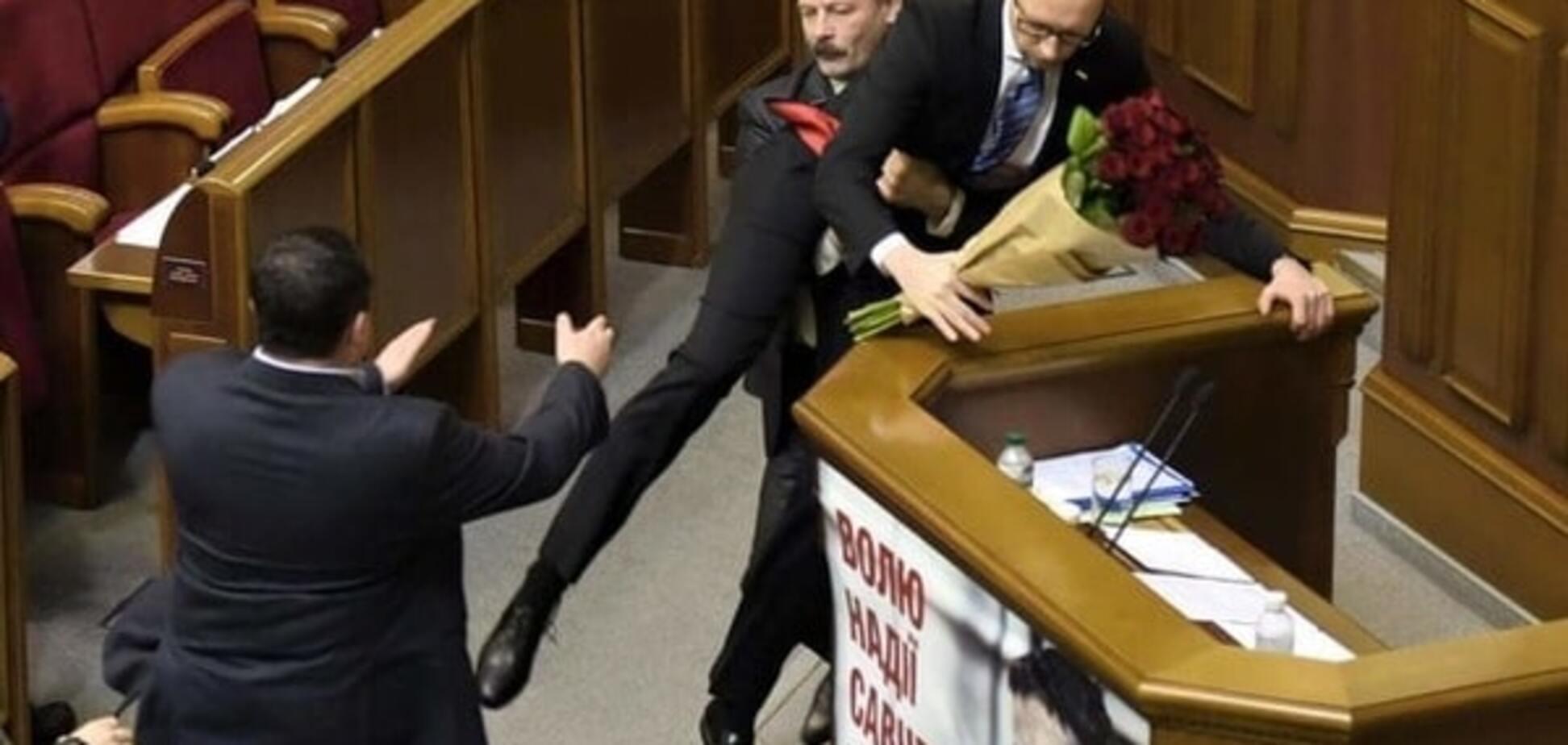 Соцмережі відгукнулися на 'виніс' Яценюка з-за трибуни Ради: кращі фотожаби