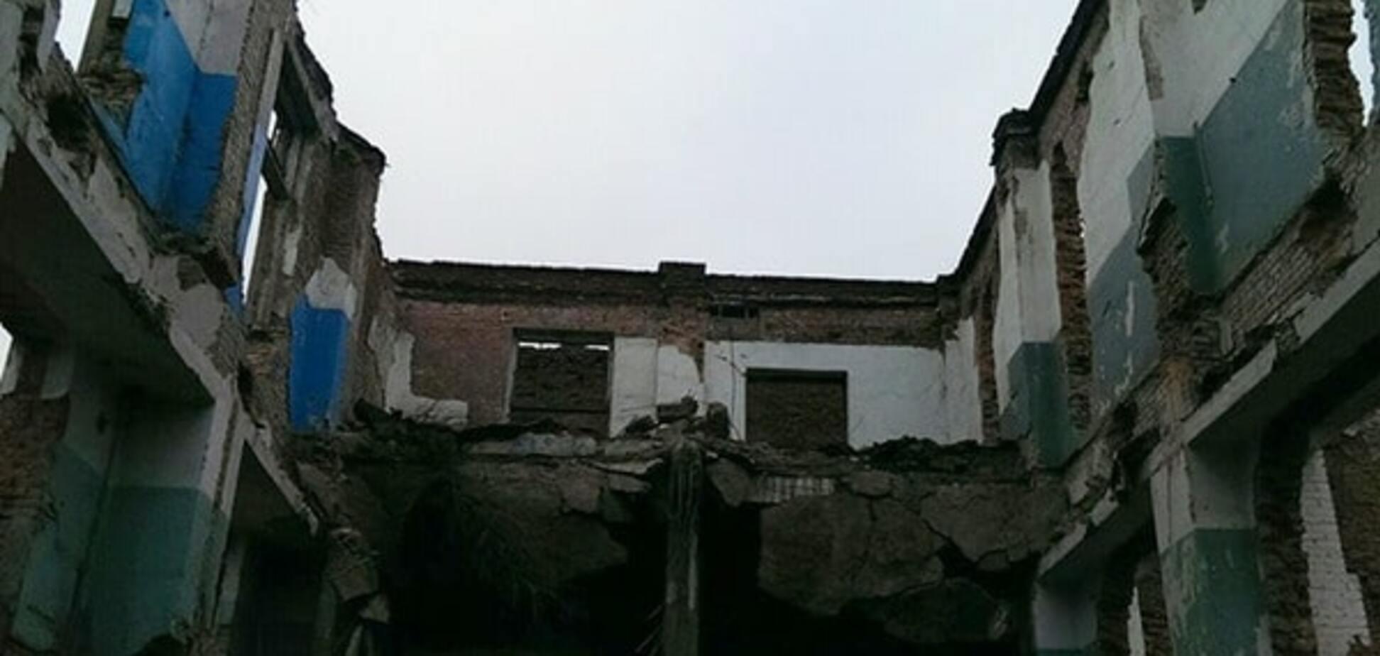 На Николаевщине рухнул завод, похоронив людей: фото с места трагедии