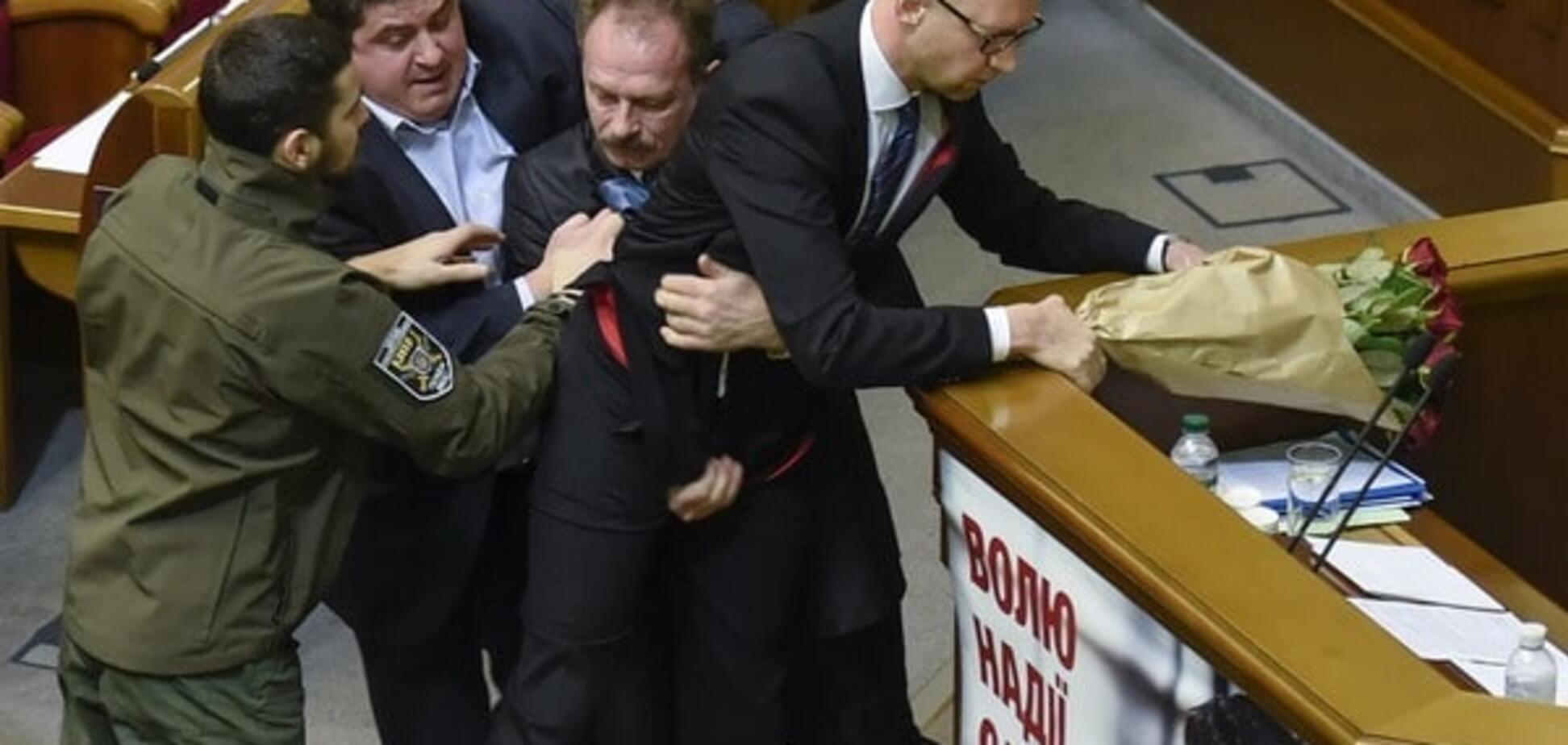 БПП и 'Народный фронт' устроили массовую драку во время отчета Яценюка