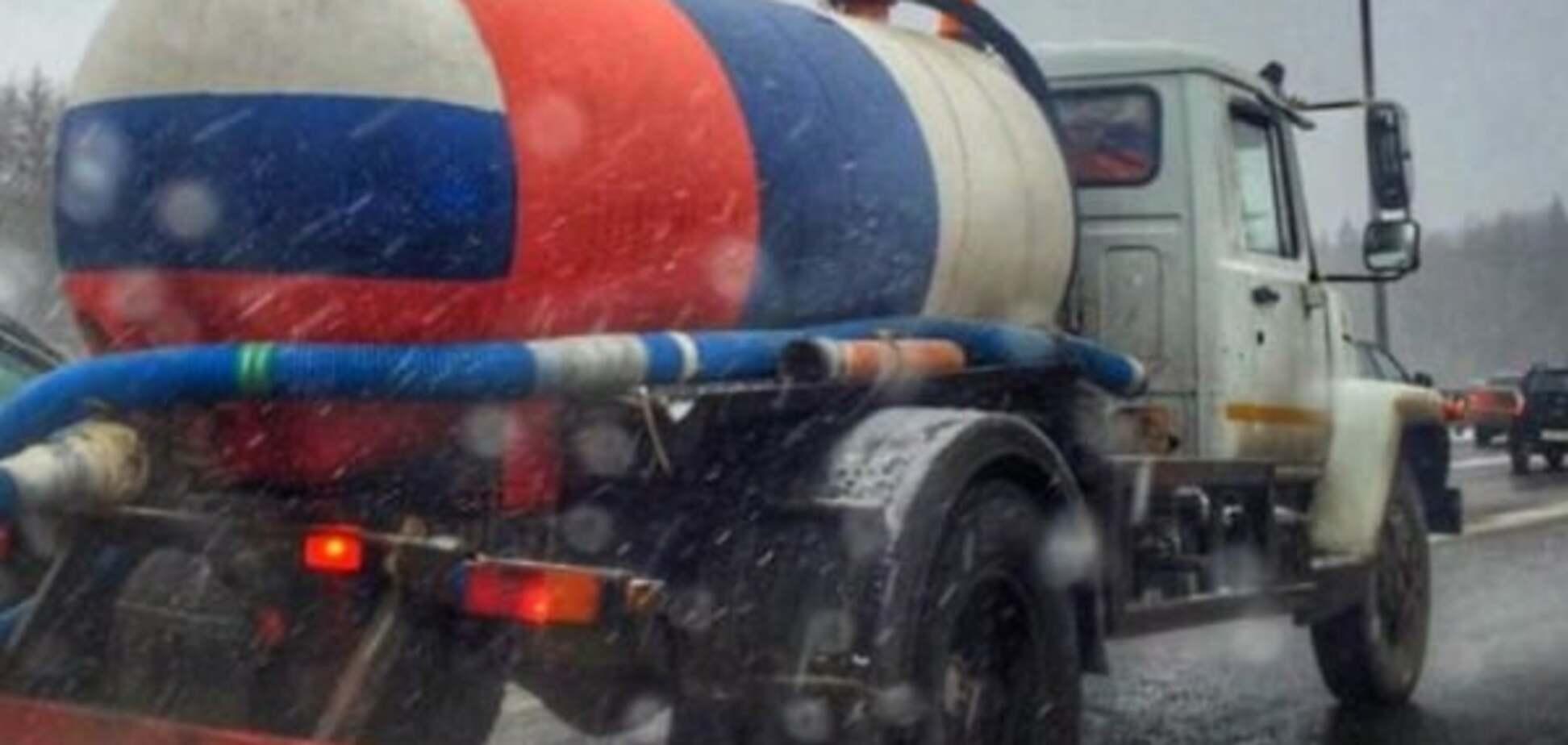 'Г ** но прикрите триколором': у Москві асенізатор розфарбували в кольори прапора Росії. Фотофакт