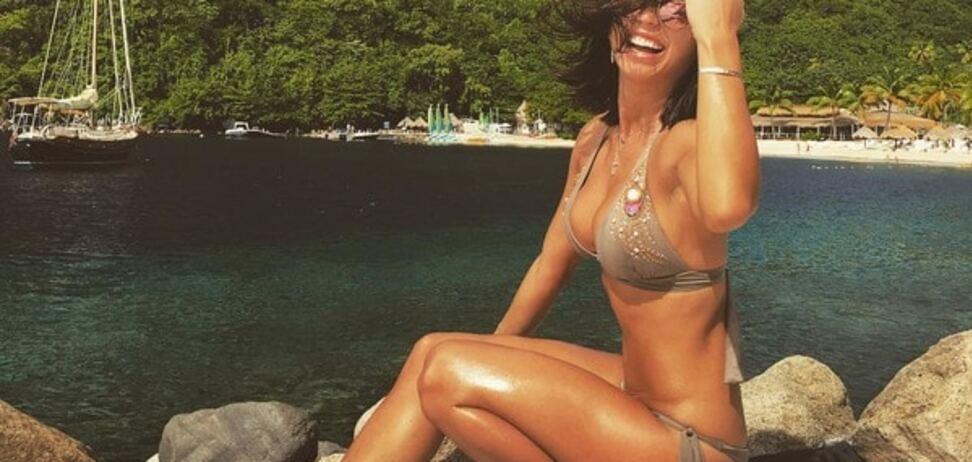 Пышногрудая жена футболиста сборной Украины показала жаркие фото с отдыха