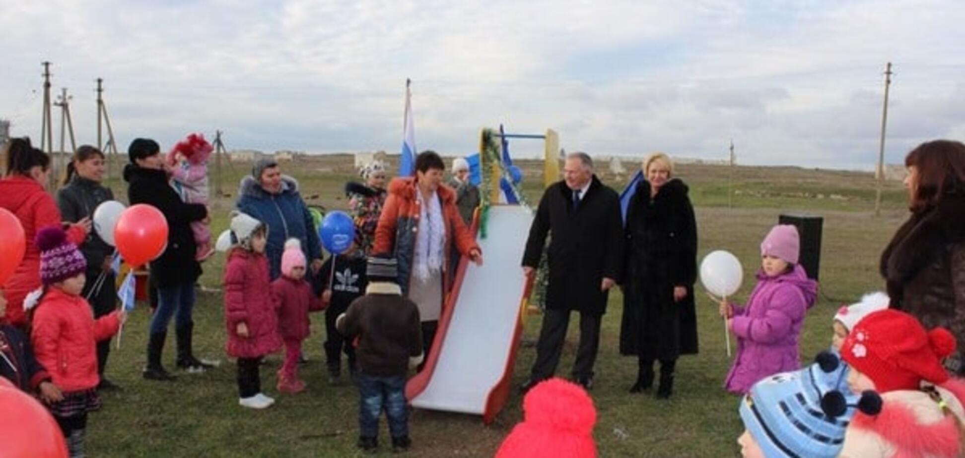 Без сліз не поглянеш: окупанти відкрили в Криму 'сучасний' дитячий майданчик