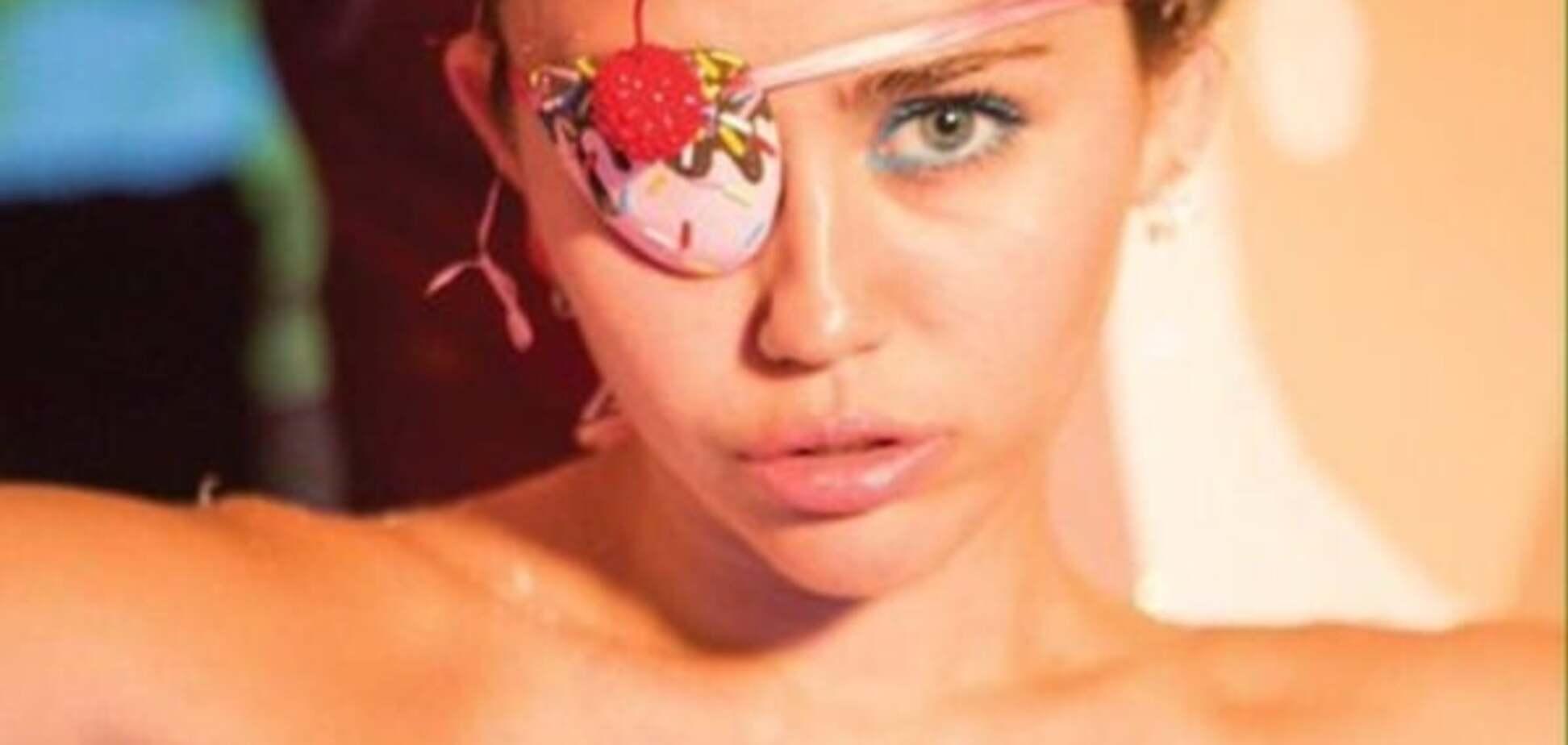 Майли Сайрус пикантно облизала целлофан для новой фотосессии