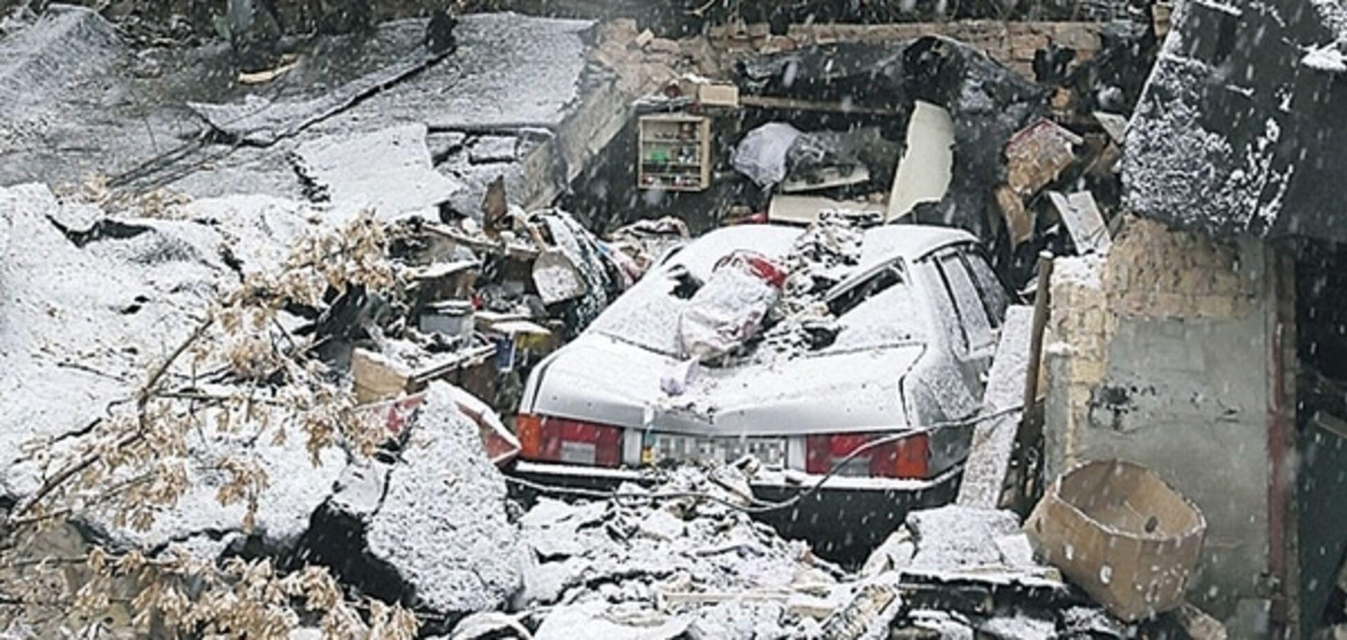 В Киеве оползень разбил автомобили в гаражах: фотофакт