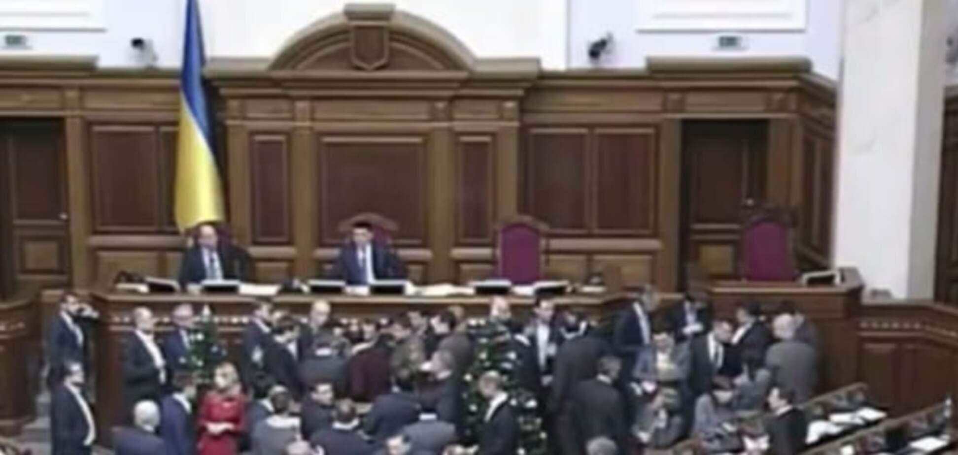 Депутати заблокували трибуну і скандують 'Кривий Ріг!'