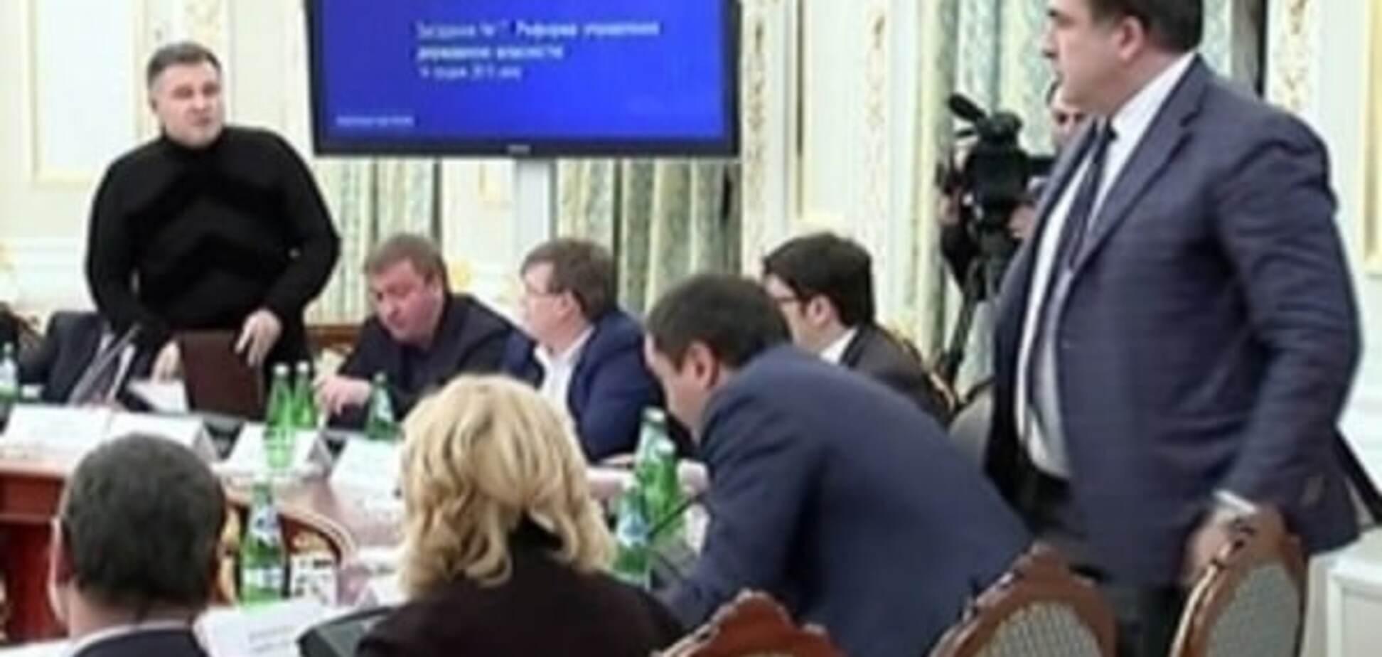 После летящего стакана мне шлют огромное количество де**ма в отношении Саакашвили - Аваков