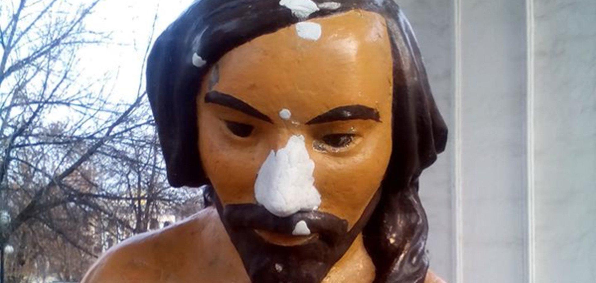 Знову з носом: у Києві відремонтували популярну скульптуру