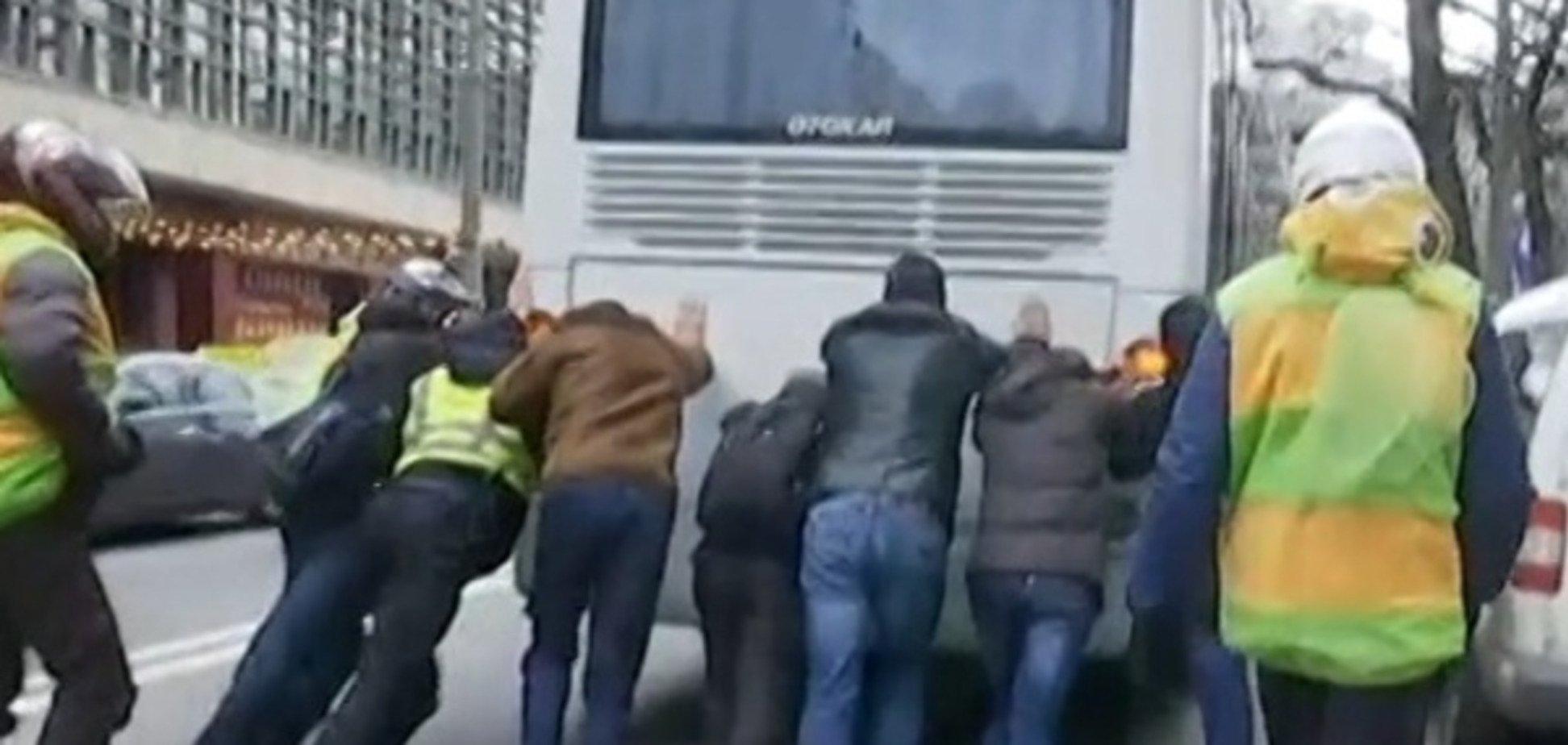 У Києві поліцейський врятував автобус, що заглух: відеофакт