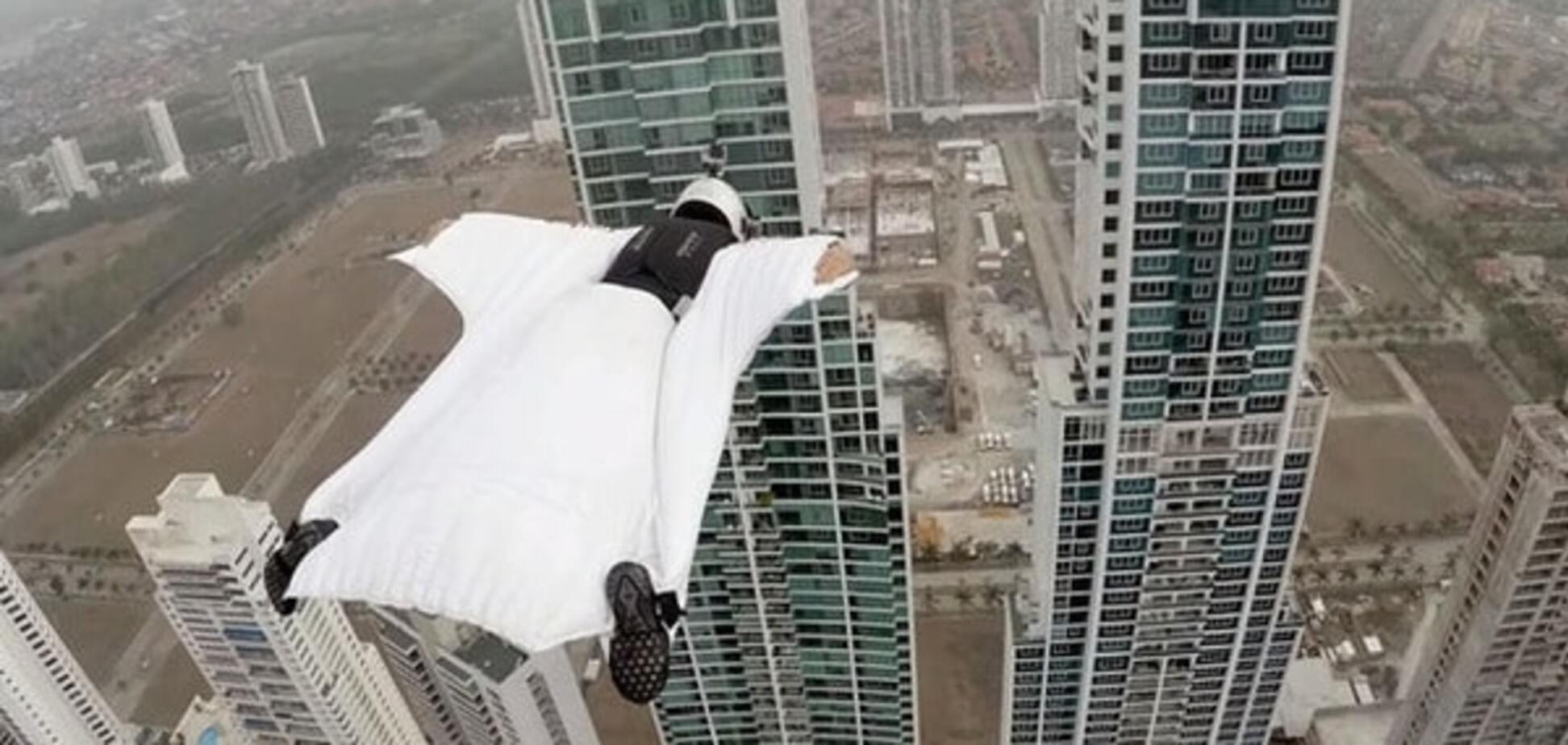 Самая сексуальная парашютистка мира совершила безумный прыжок между небоскребами: сумасшедшее видео