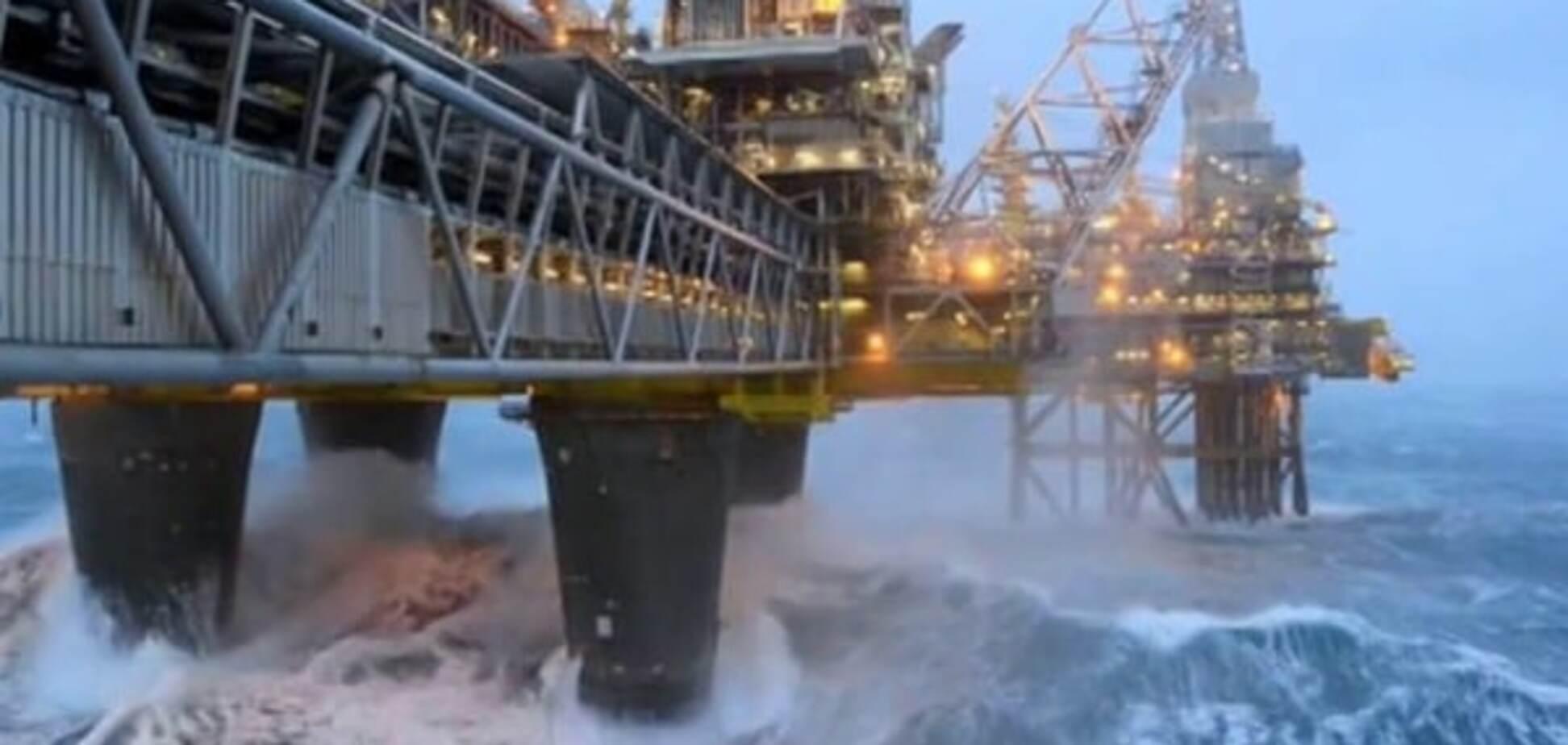 В Норвегии мощная волна обрушилась на буровую вышку, есть жертвы