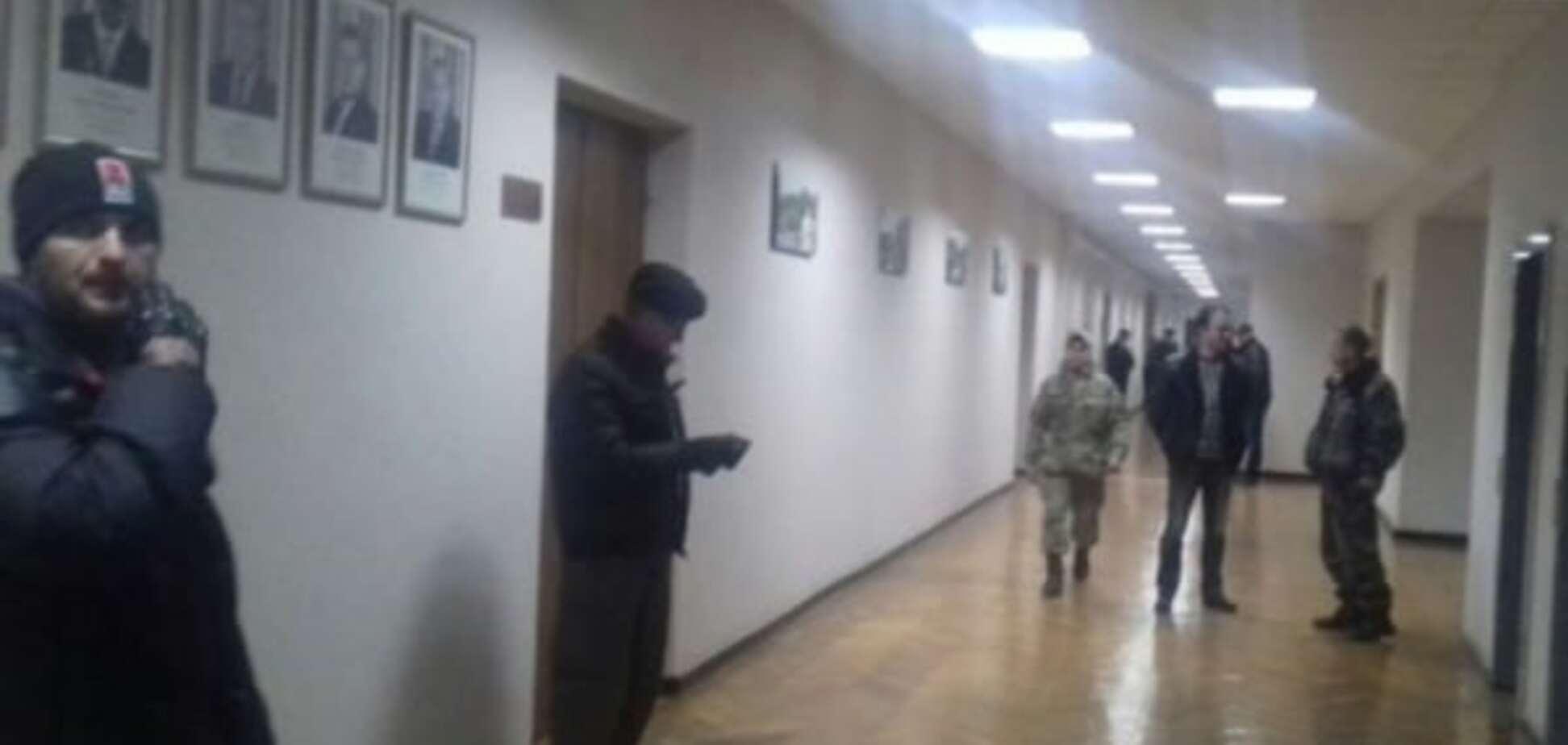 Активісти 'взяли під охорону' мерію Кривого Рогу: опубліковані фото