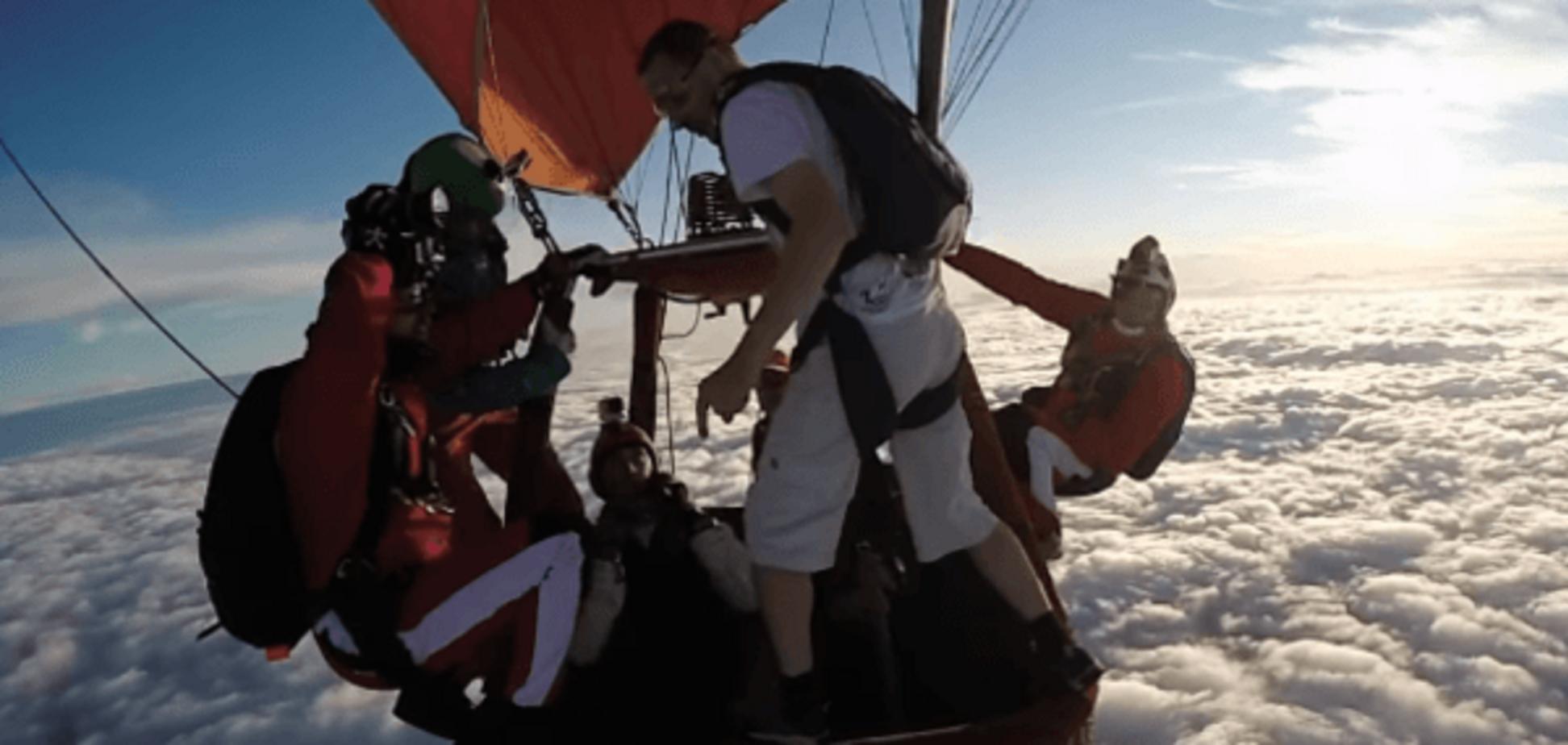 Знаменитий екстремал напівголим і без парашута стрибнув з висоти 4000 метрів