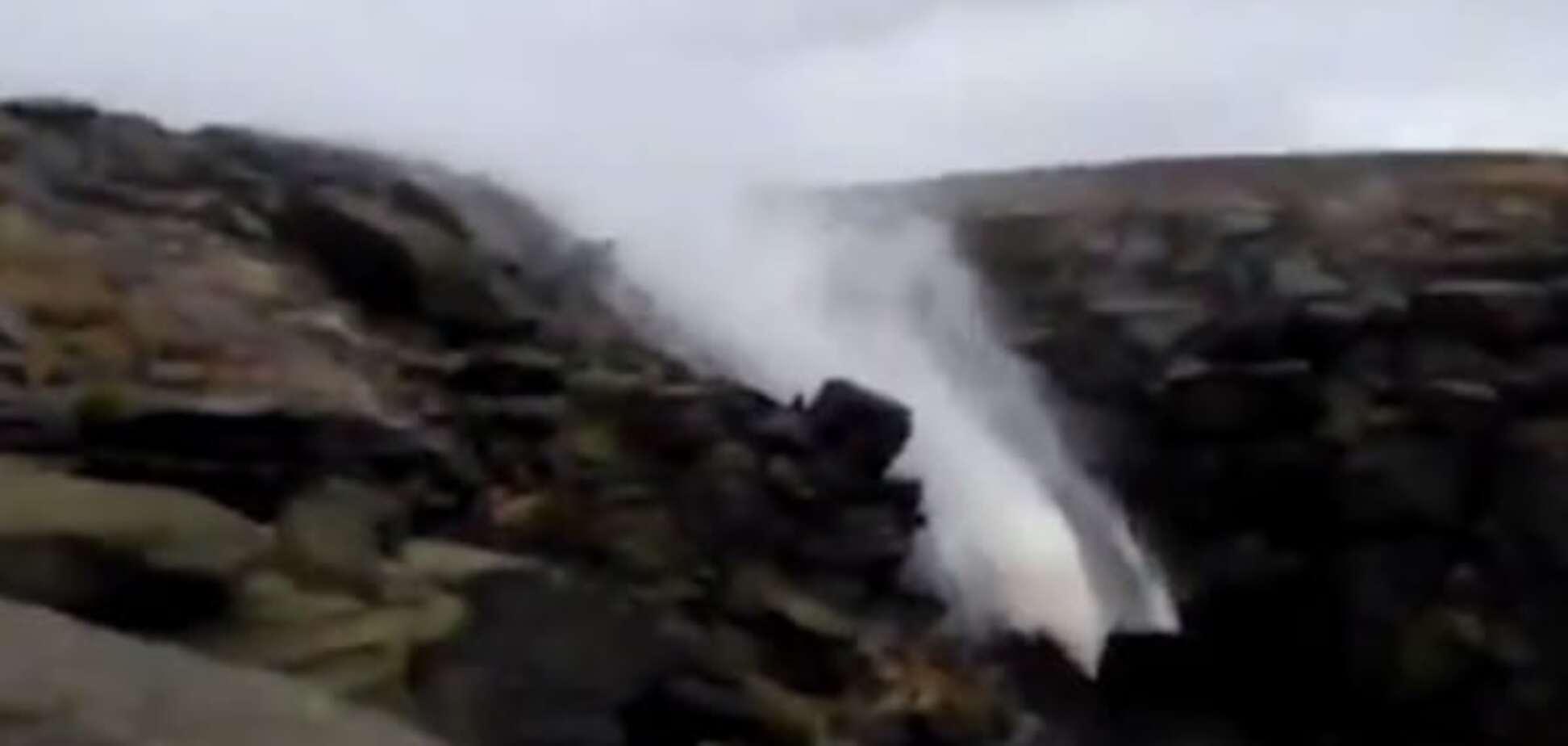 Води повернулись назад: штормовий вітер в Англії змусив водоспад текти вгору